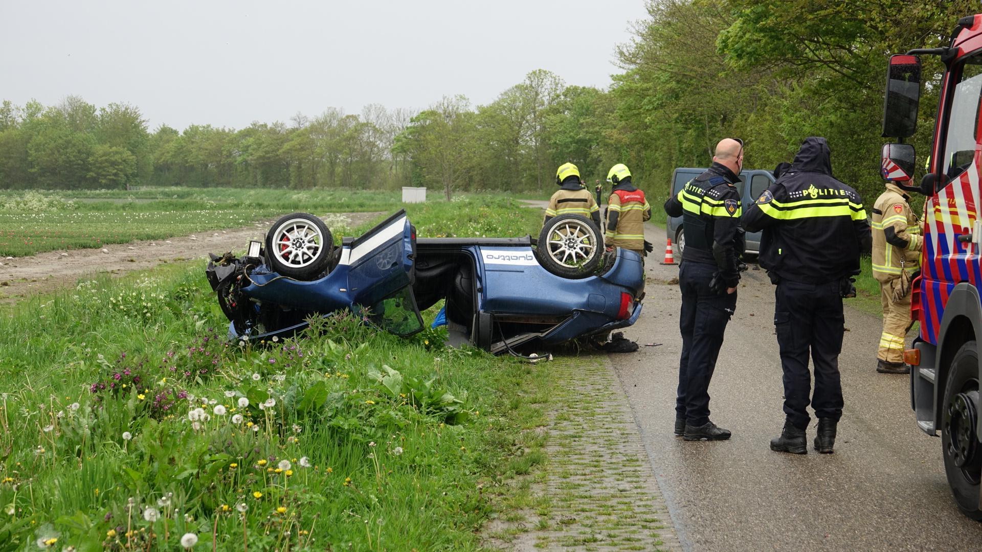Auto vliegt meermalen over de kop in Middenmeer, bestuurder zwaargewond
