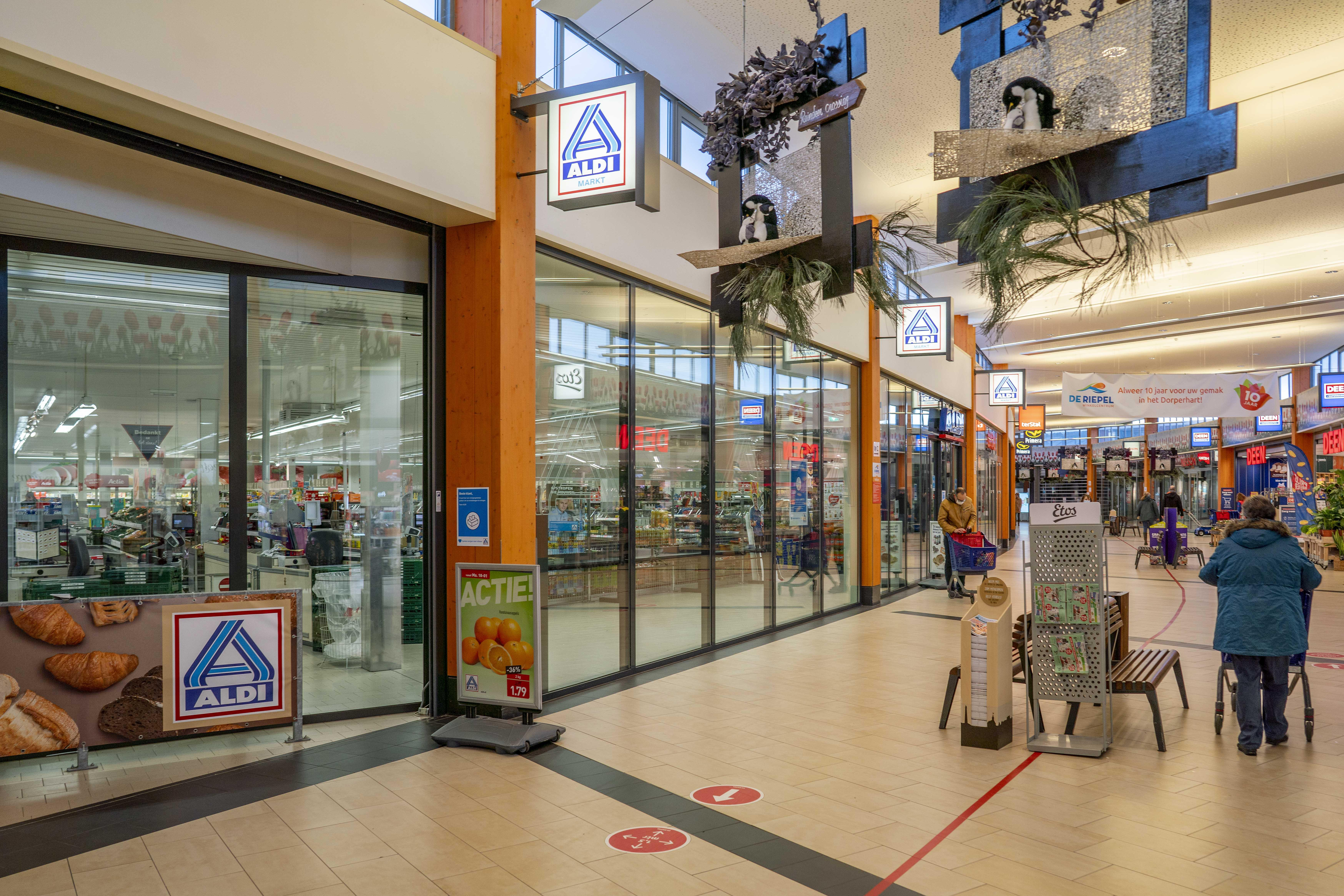 Supermarkt Aldi keert winkelcentrum De Riepel eind februari de rug toe vanwege gebrek aan toekomst. Winkeliers niet rouwig om sluiting van Julianadorps filiaal