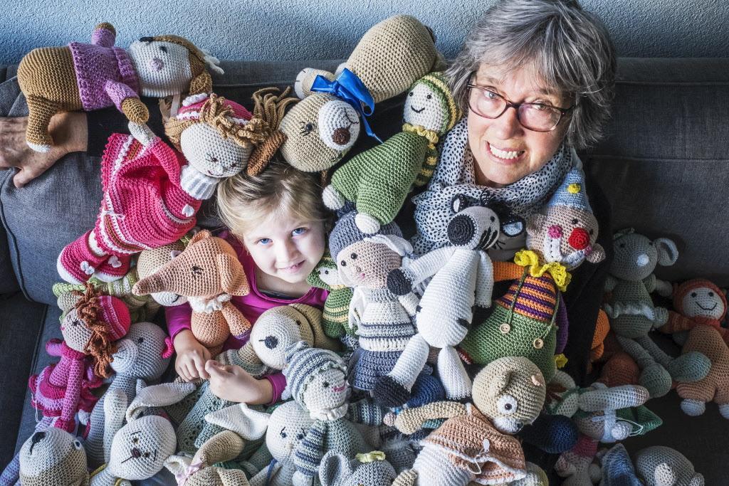 Kleinkind Dana (4) is ernstig ziek en daarom haakt en verkoopt oma Ria (73) knuffels voor wetenschappelijk onderzoek. Ze is nu genomineerd als 'Actieheld 2020'