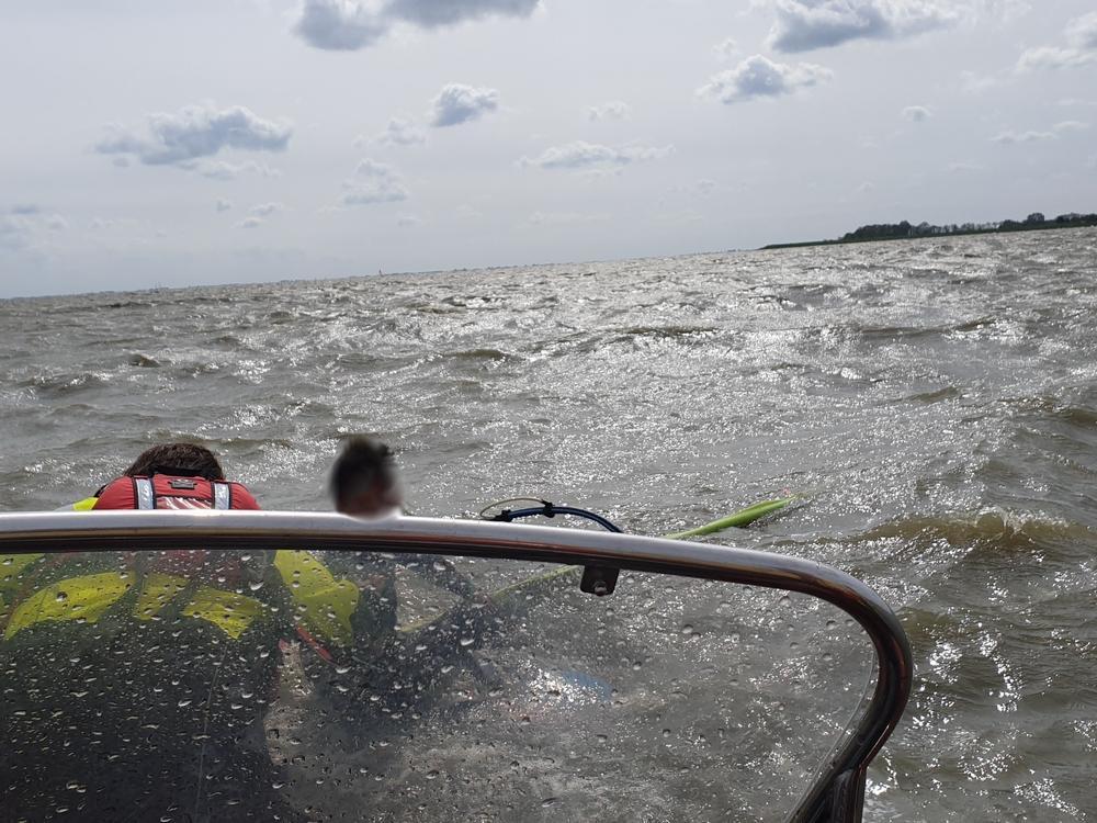 Reddingsbrigade redt surfer met gescheurd zeil en gebroken mast bij Wijdenes