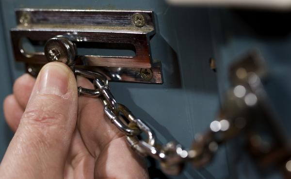 IJmuidense inbreker op betrapt met gestolen goederen in Velsen-Zuid