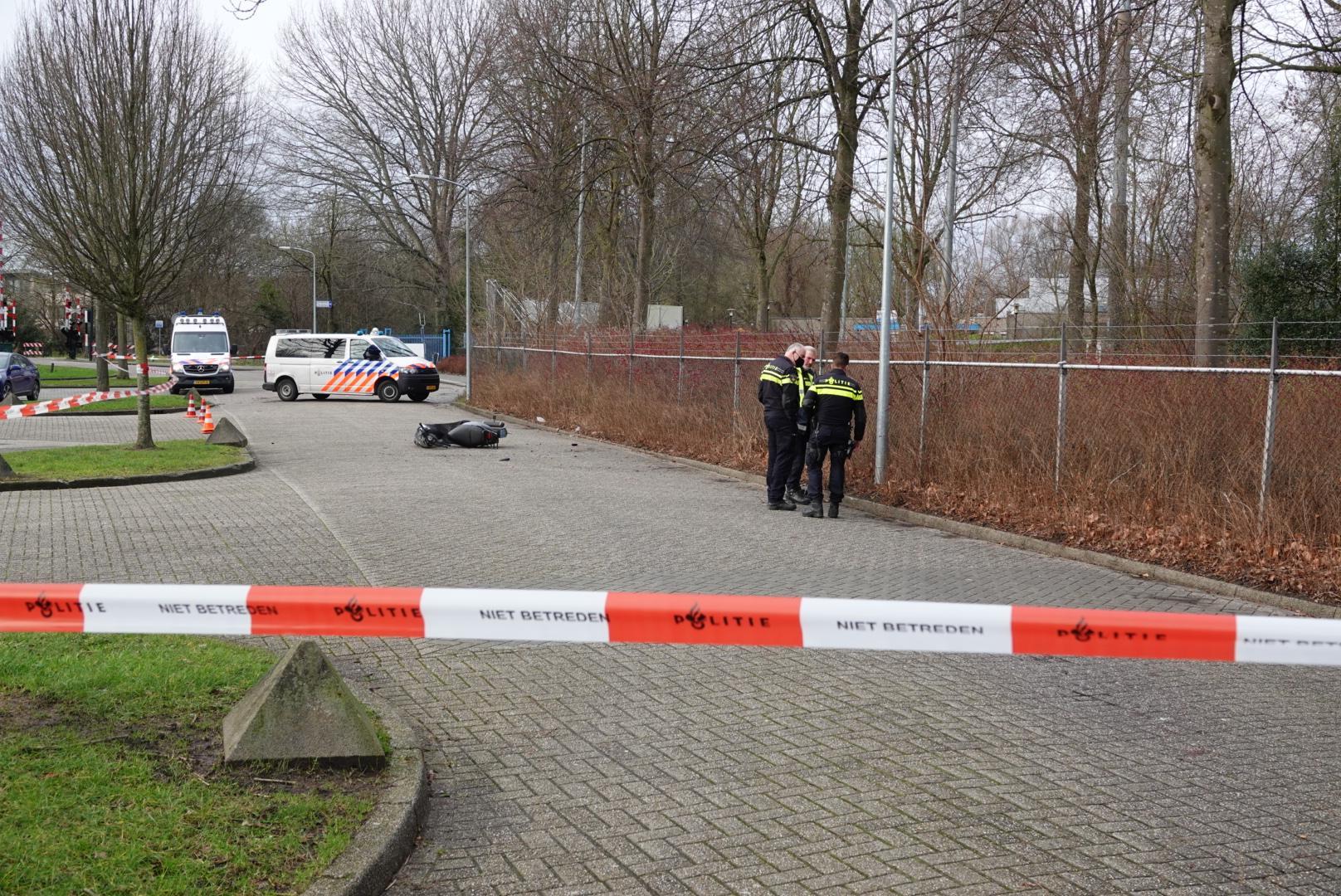 Jongen ernstig gewond bij eenzijdig scooterongeluk in Hoorn; traumahelikopter ter plaatse