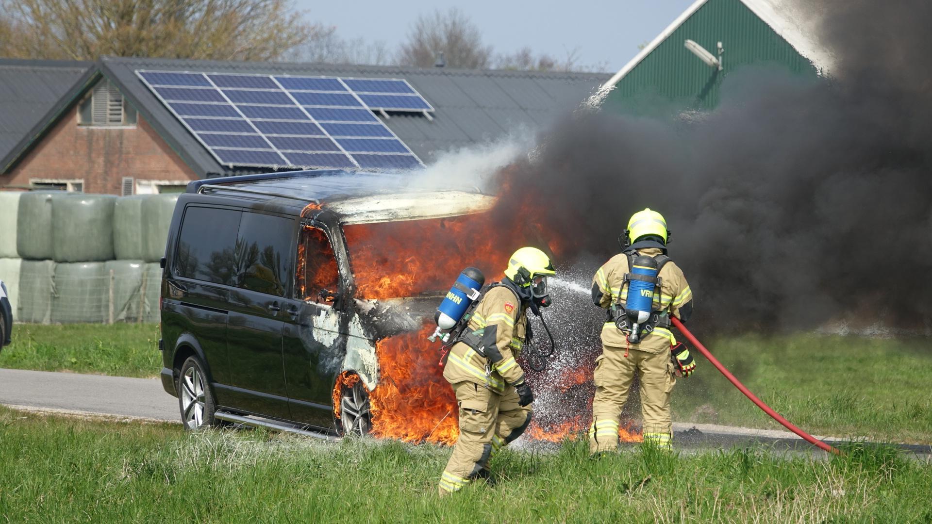 Bestelbus vliegt in brand tijdens proefrit voor APK-keuring in Lutjebroek