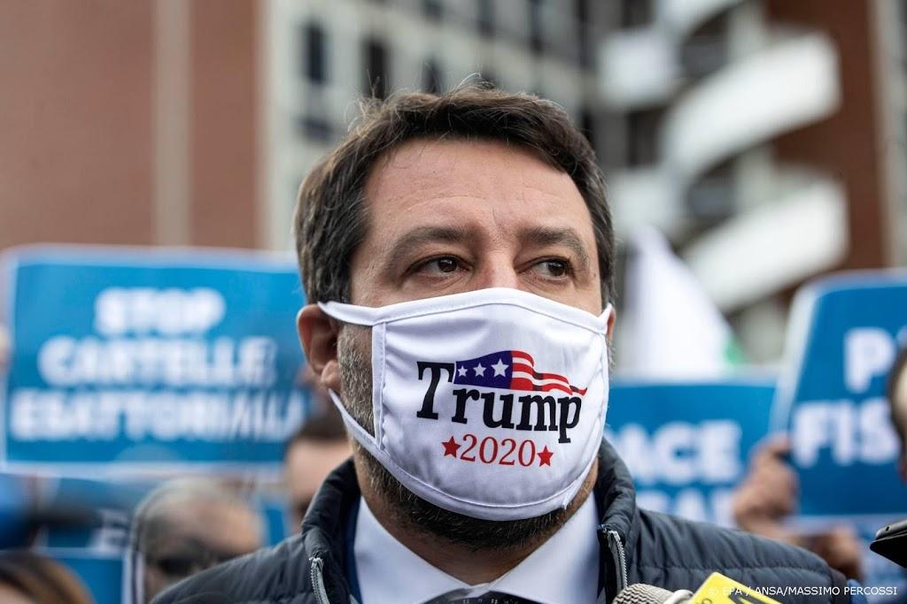 Italiaanse oppositieleider Salvini met Trump-mondkapje op protest