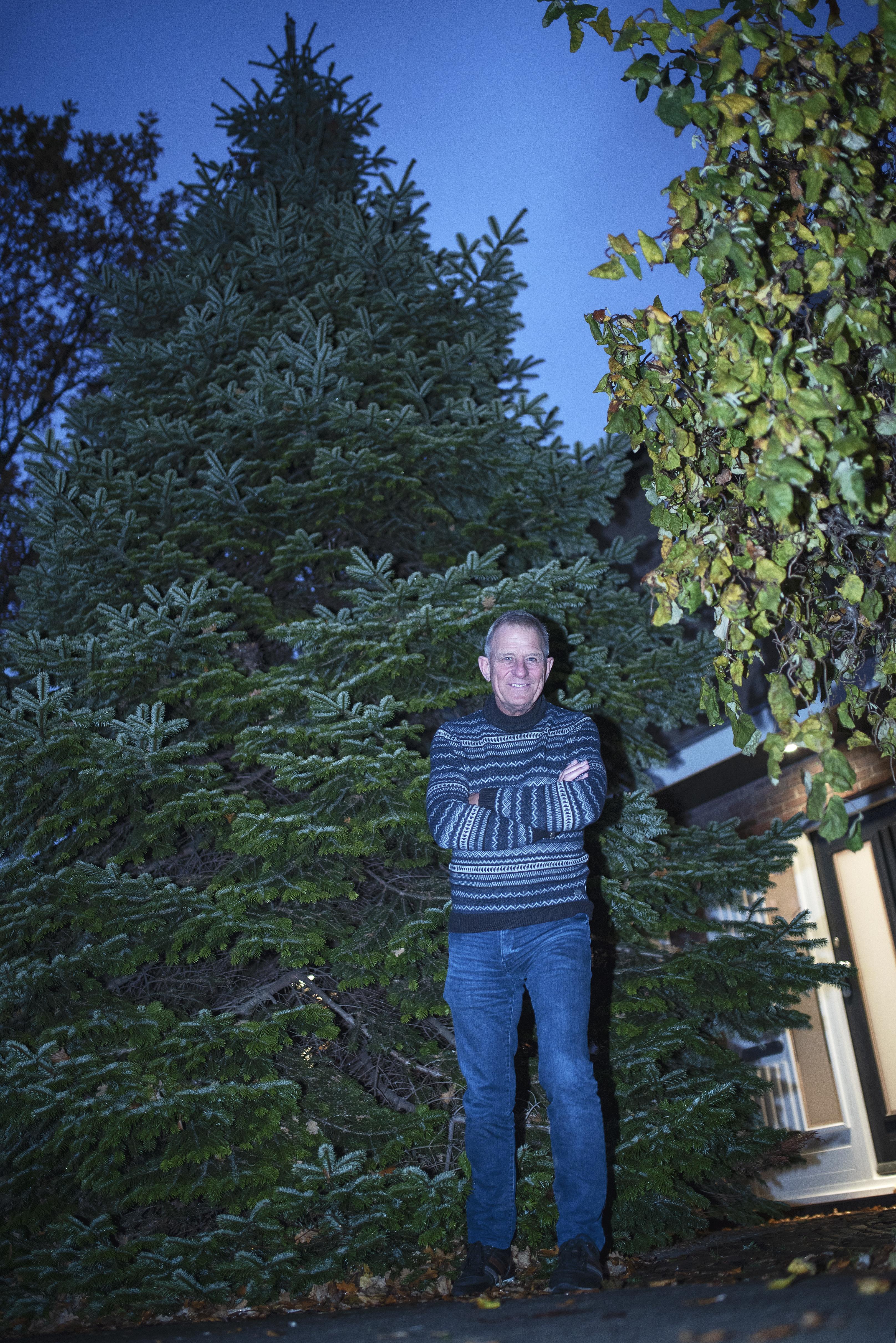 De kerstboom van Maureen en John uit Heemskerk is schitterend, maar te groot. De spar mag nog een keer stralen: op het schoolplein bij De Lunetten