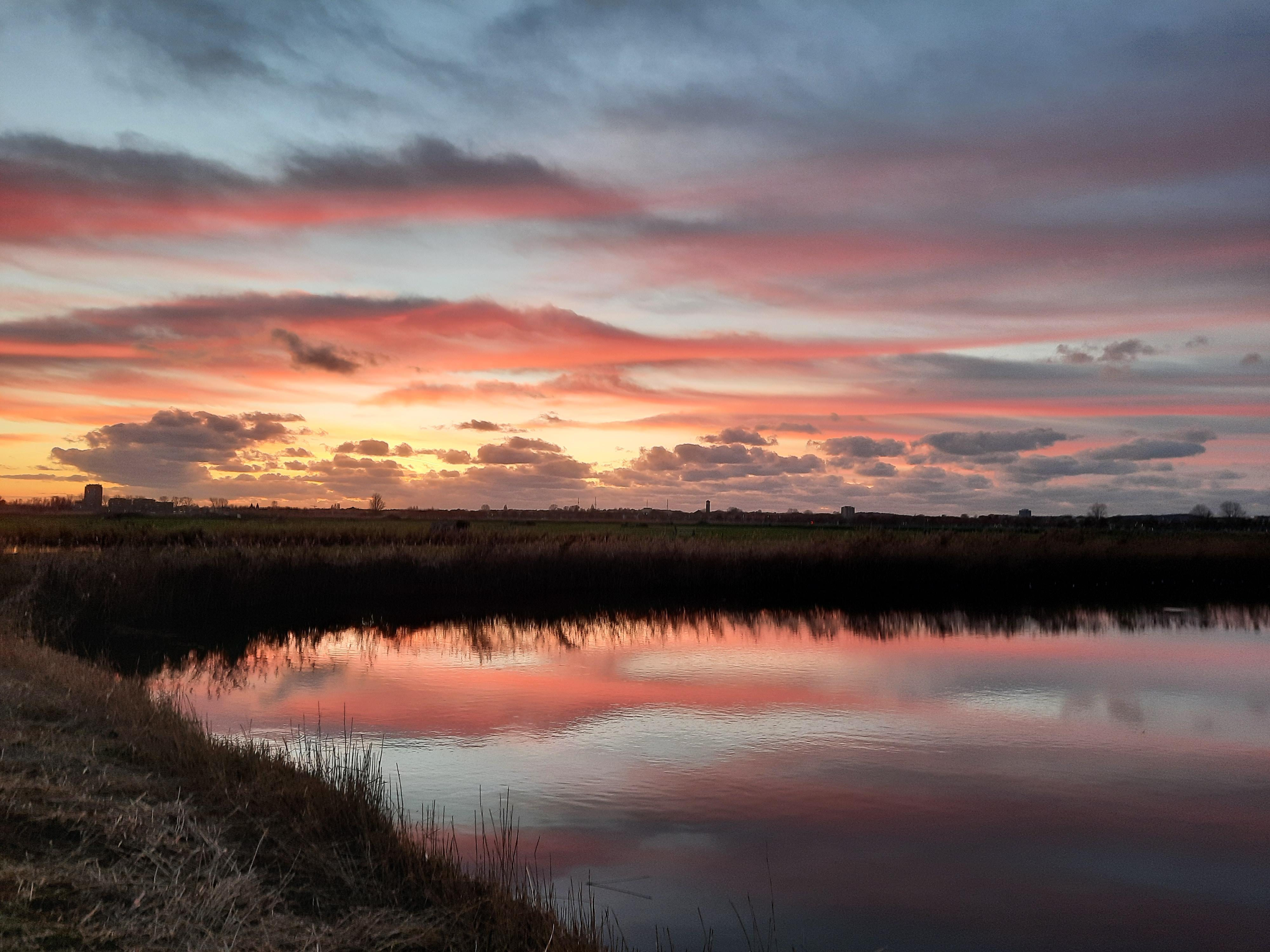 Lezersfoto: Schilderachtige zonsondergang bij de Hekslootpolder