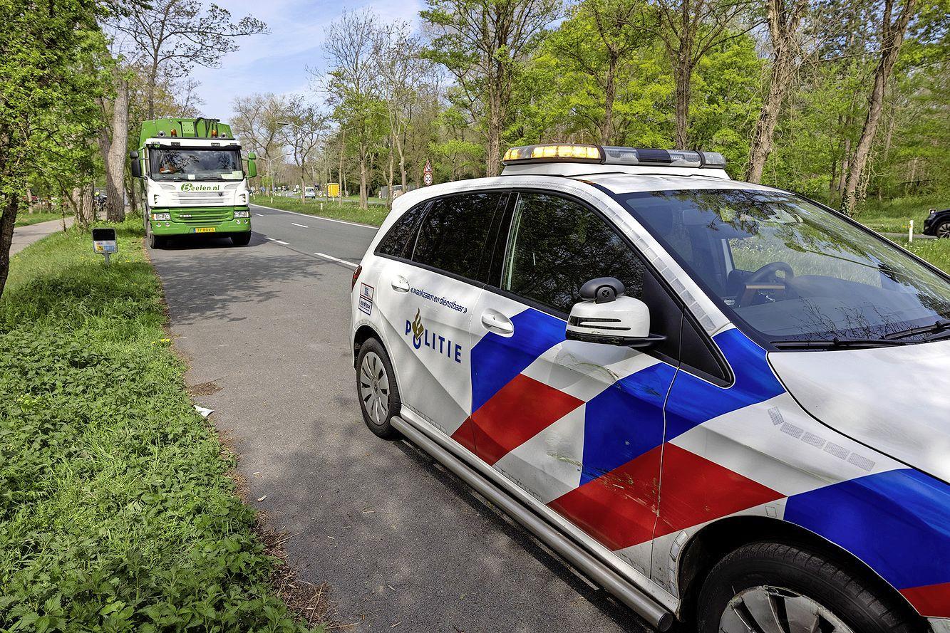 Politiewagen die met spoed onderweg is naar melding botst met vuilniswagen in Overveen