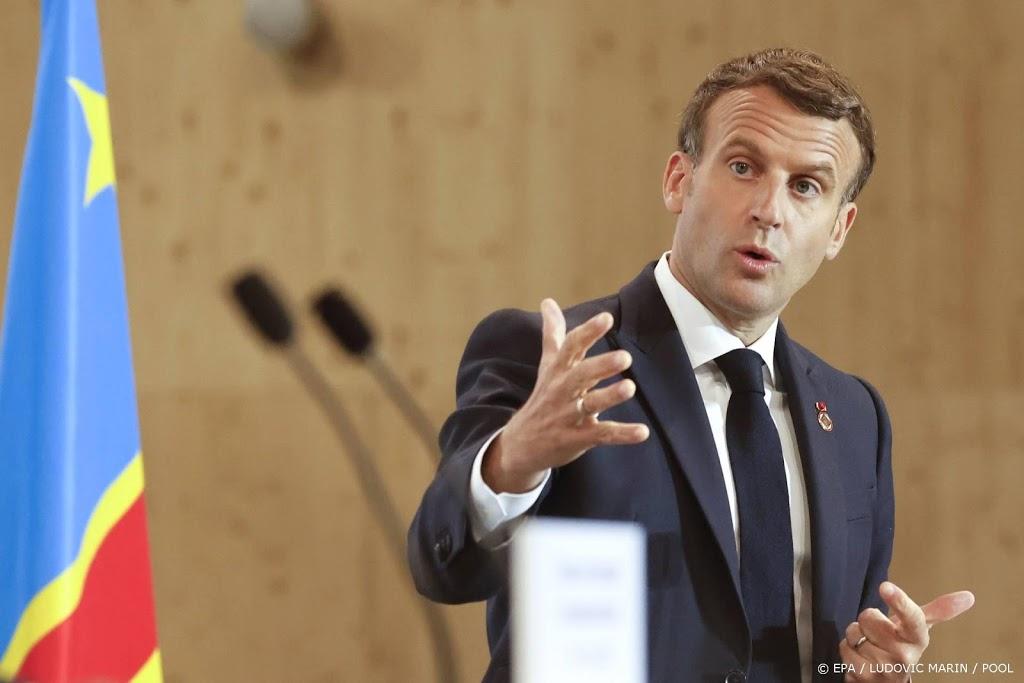 Macron viert versoepeling coronaregels met koffie op het terras
