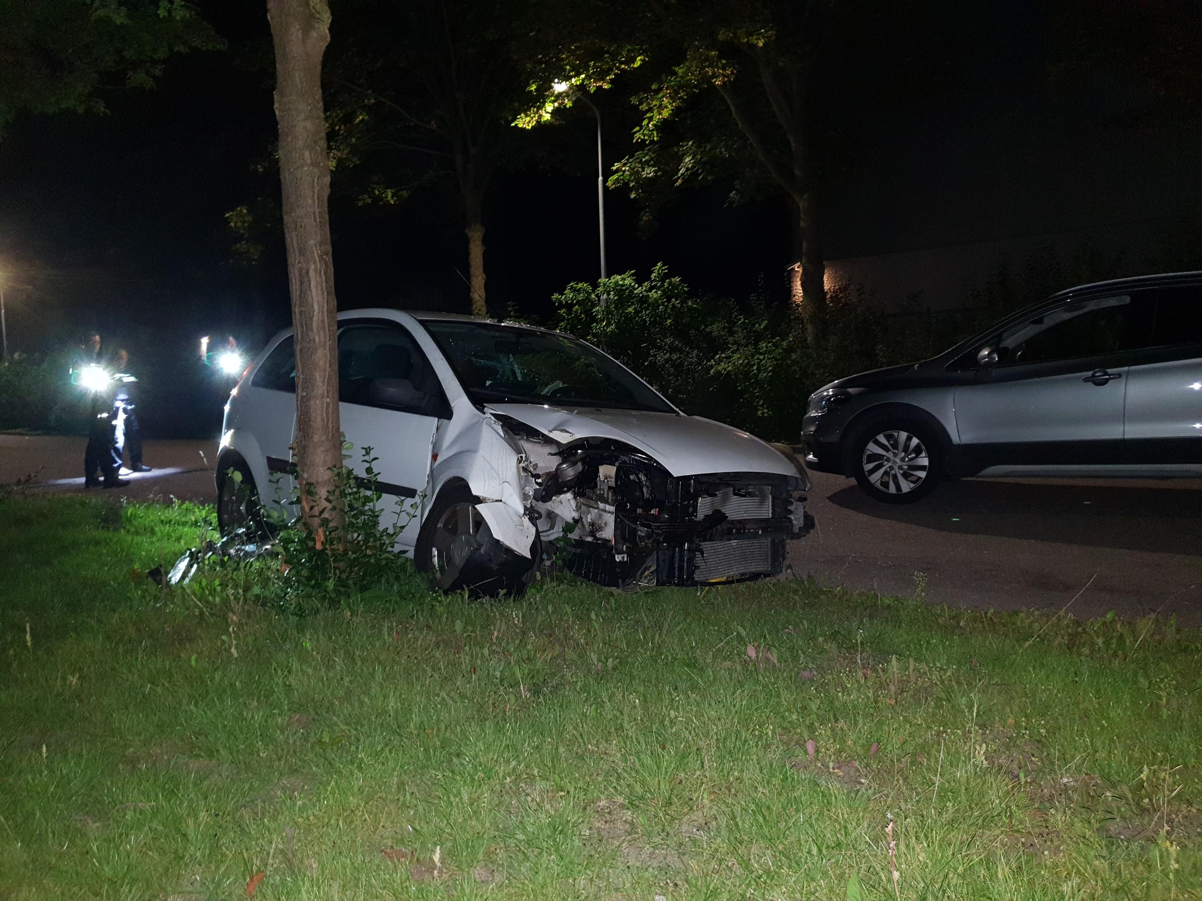 Auto tegen boom in Broek op Langedijk, bestuurder gaat ervandoor