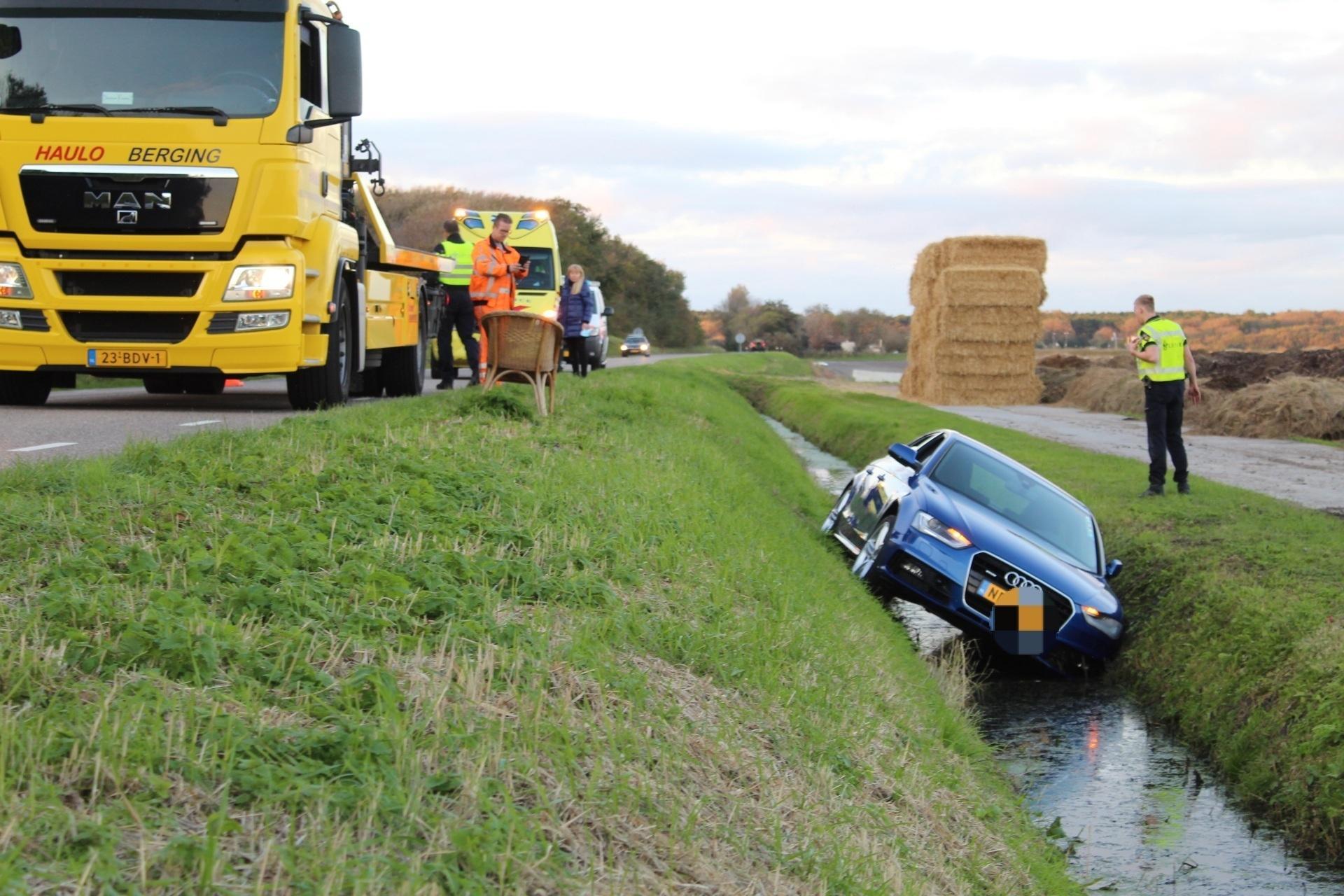 Rondslingerende steen blokkeert stuursysteem: auto in de sloot aan Zanddijk in Julianadorp