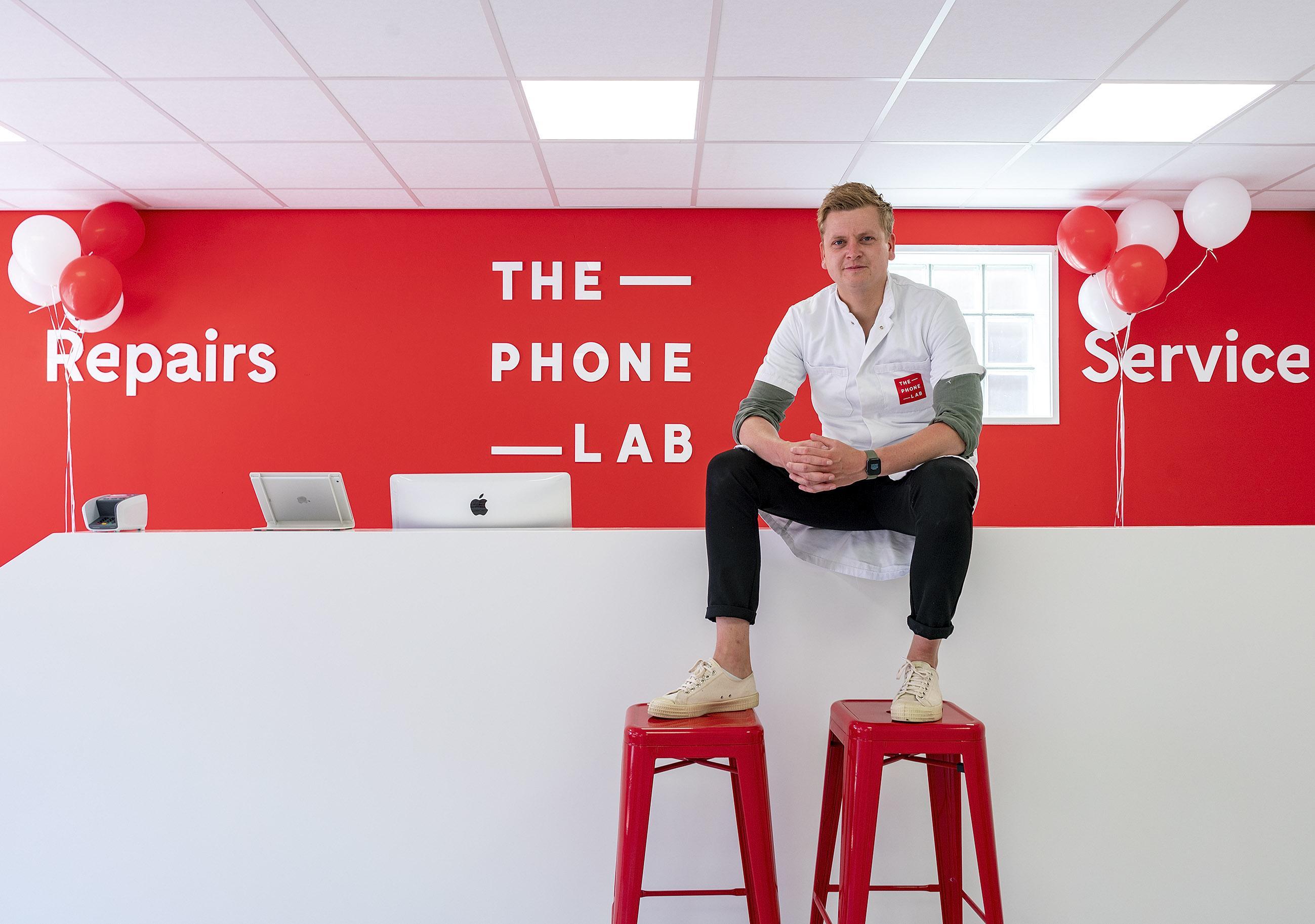 Van 'knutselen' aan telefoons in een studentenhuis naar een omzet van 3 miljoen. Langedijker ondernemer Boris Blijham (28) verovert stad voor stad in een witte labjas