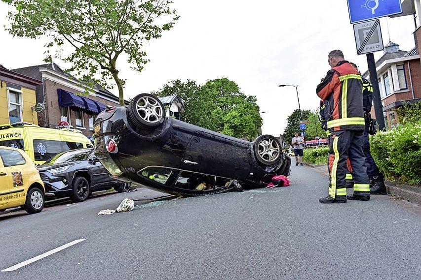 Auto ramt geparkeerde auto en belandt op zijn kop in Voorschoten