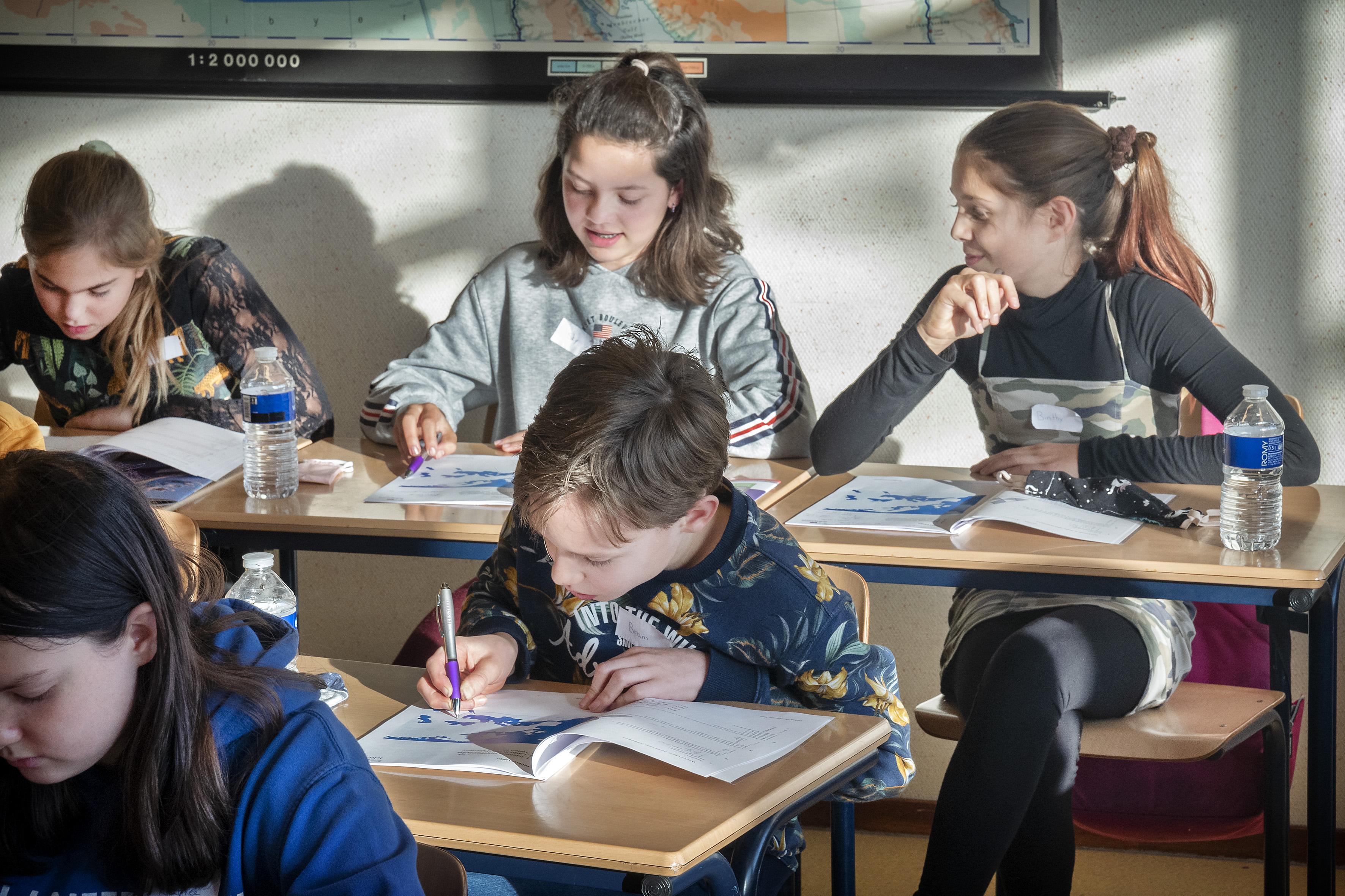Groep 8 leerlingen volgen lessen op het Gymnasium Felisenum in Velsen-Zuid: 'Mijn moeder zou dat een oh ja som noemen'