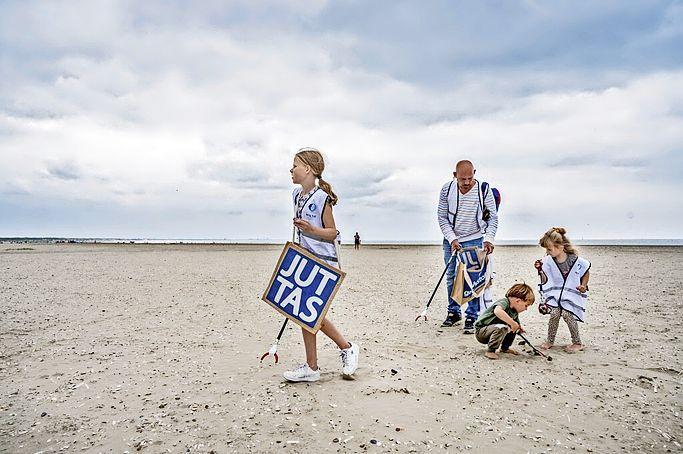 'We are Nature' houdt schoonmaak IJmuiderstrand
