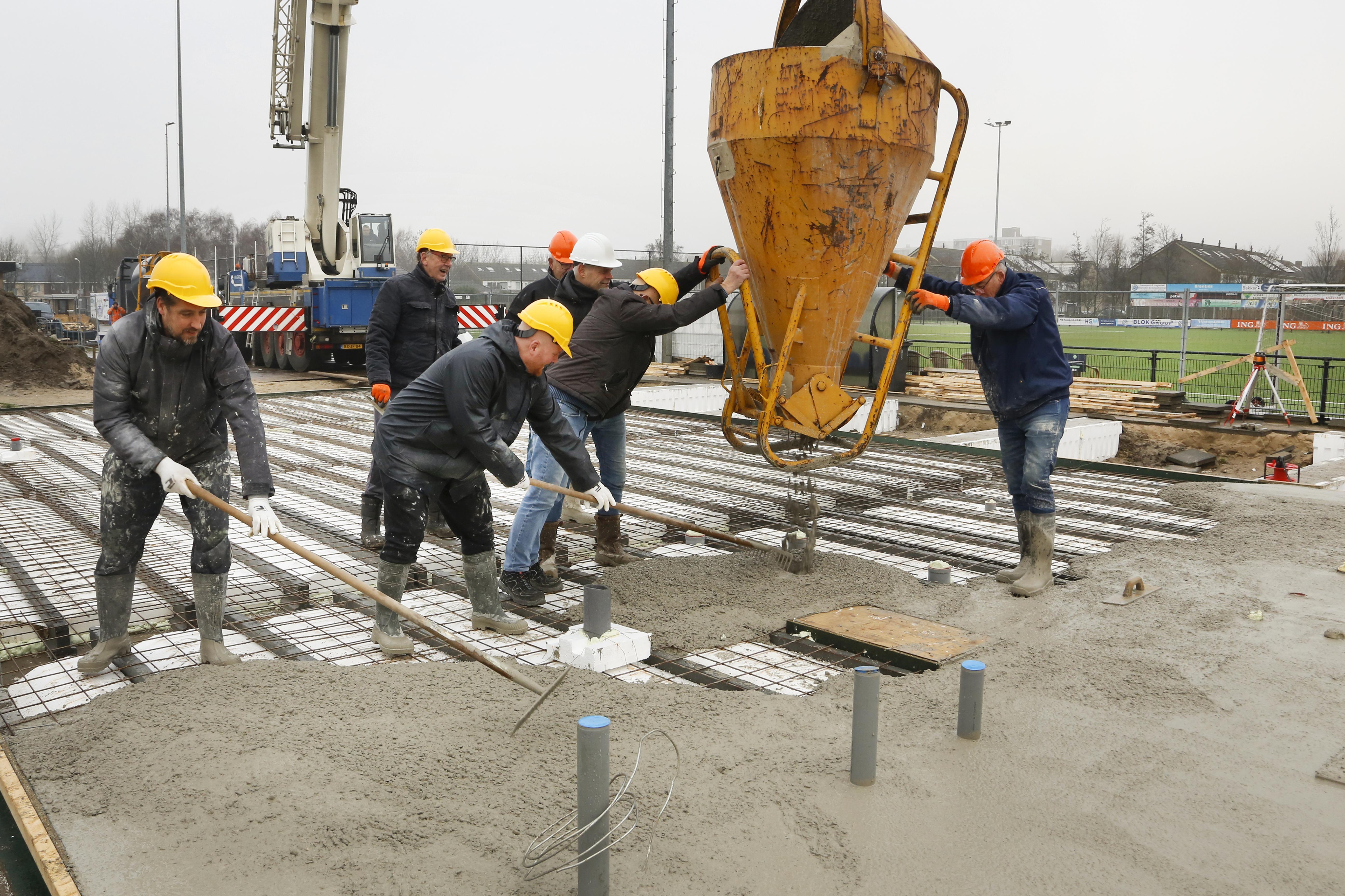 De helden van DEM in Beverwijk staan even niet op het veld. Het belangrijkste team van de club is de bouwploeg voor de nieuwe kleedkamers