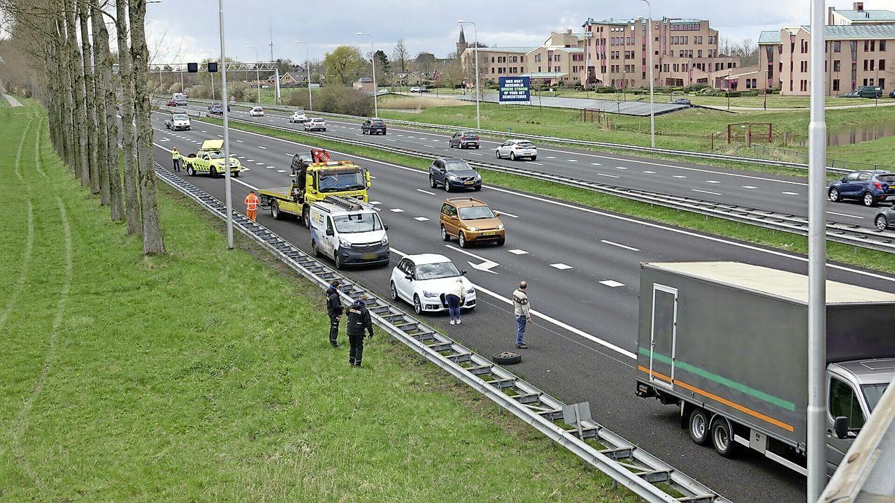 Bakwagen verliest twee wielen tijdens rijden op de A7 bij Wognum, wiel komt terecht tegen auto op andere rijstrook