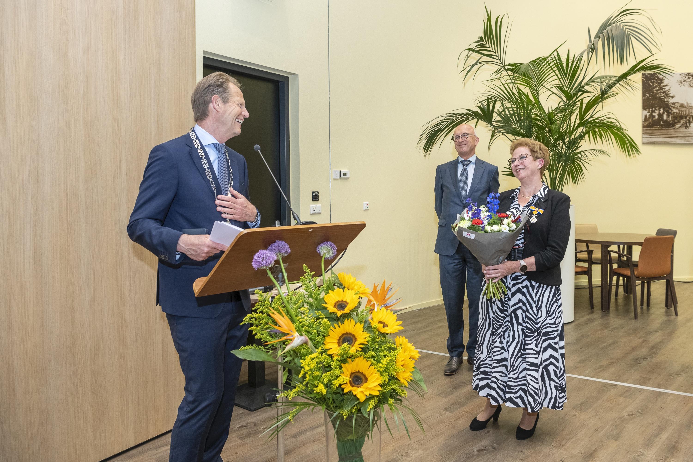 HOZO-directeur Joke Ricke geridderd bij afscheid van Hillegomse ouderenzorginstellingen