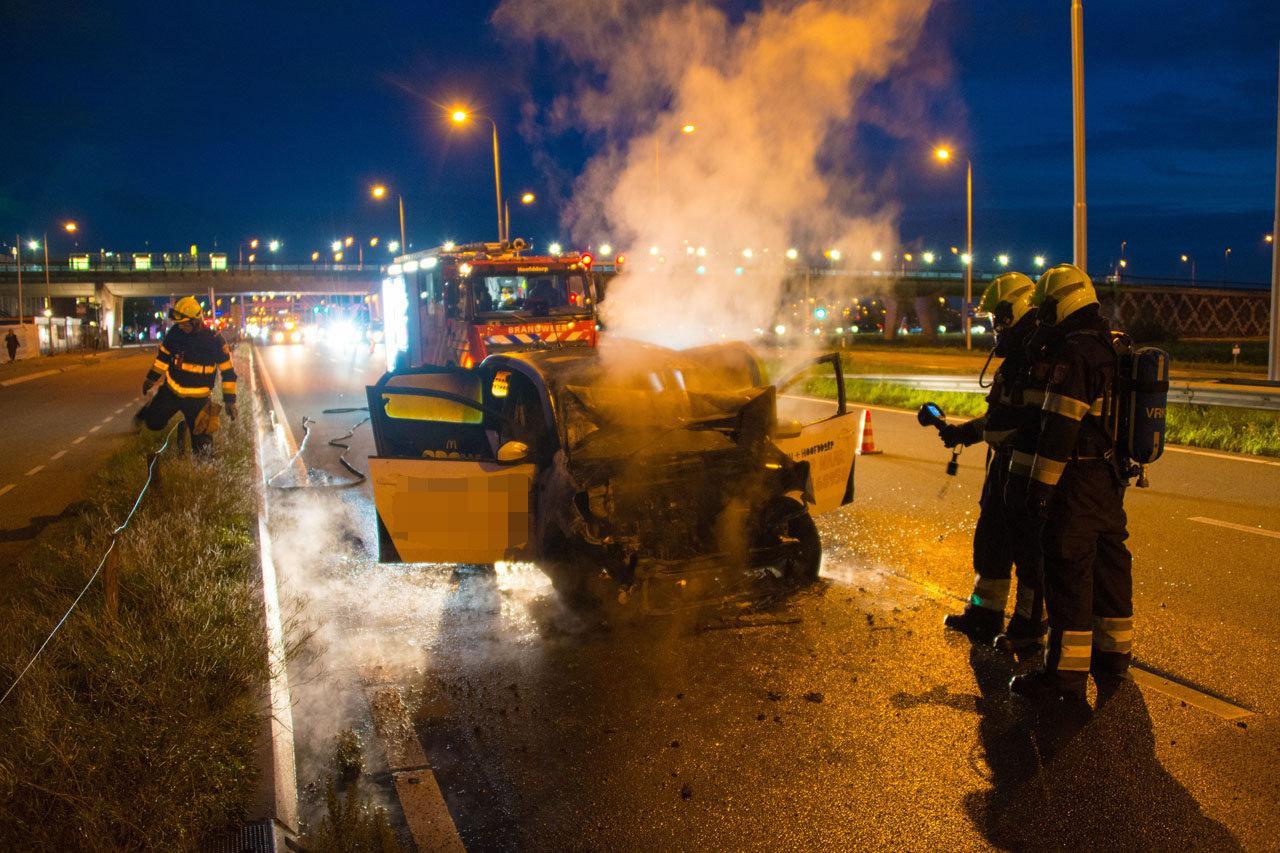 Gewonde en autobrand bij ongeluk in Hoofddorp