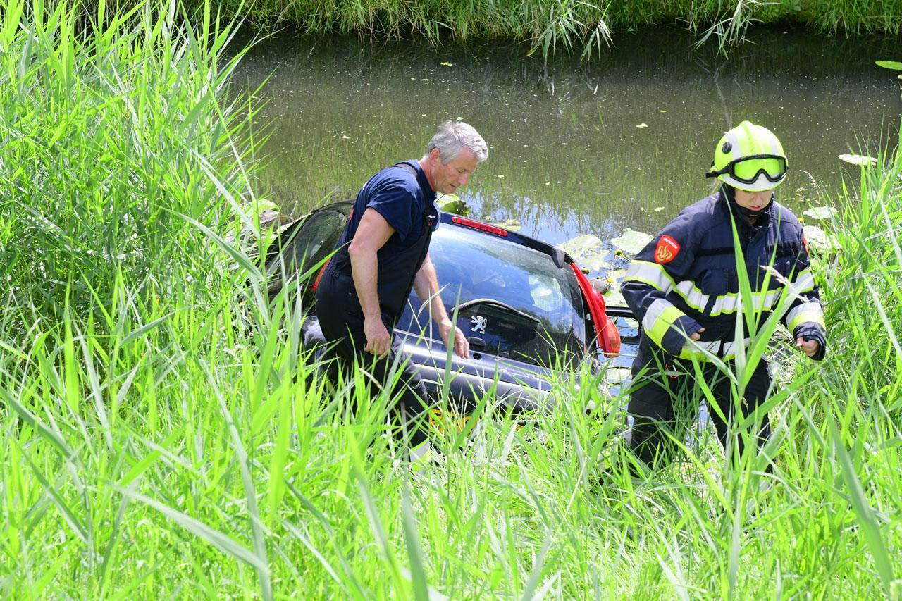 Auto belandt in water na botsing met ander voertuig in Hoofddorp