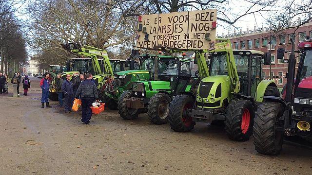 Boze boeren met trekkers arriveren bij Provinciehuis in Haarlem [video]