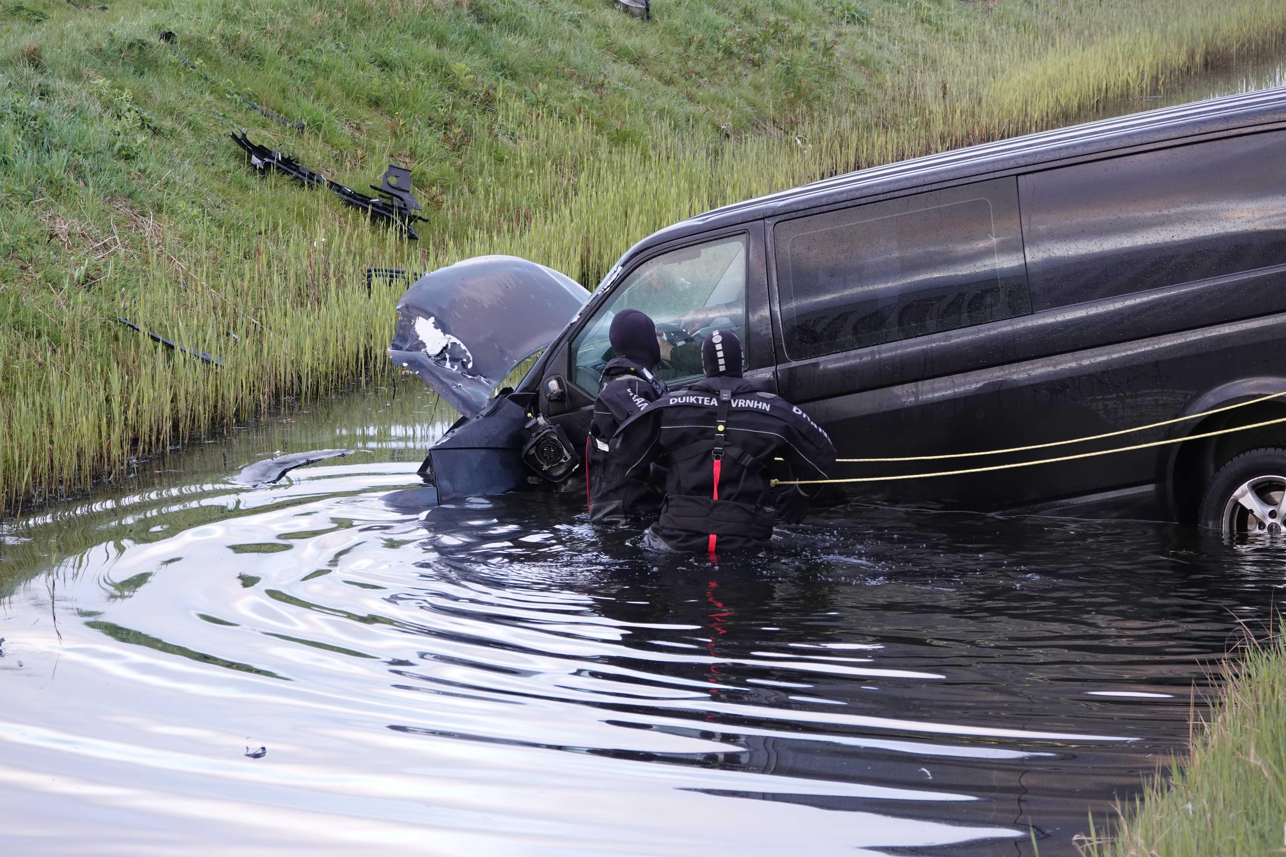 Bestelbusje te water in Heerhugowaard, bestuurder gewond