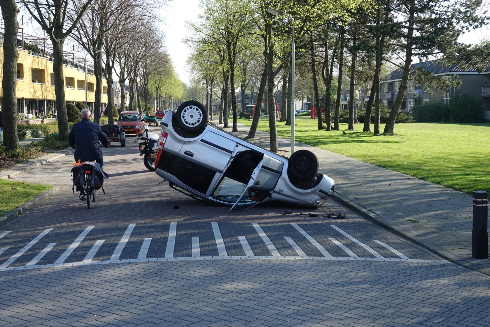 Auto op de kop in Assendelft, bestuurder ongedeerd