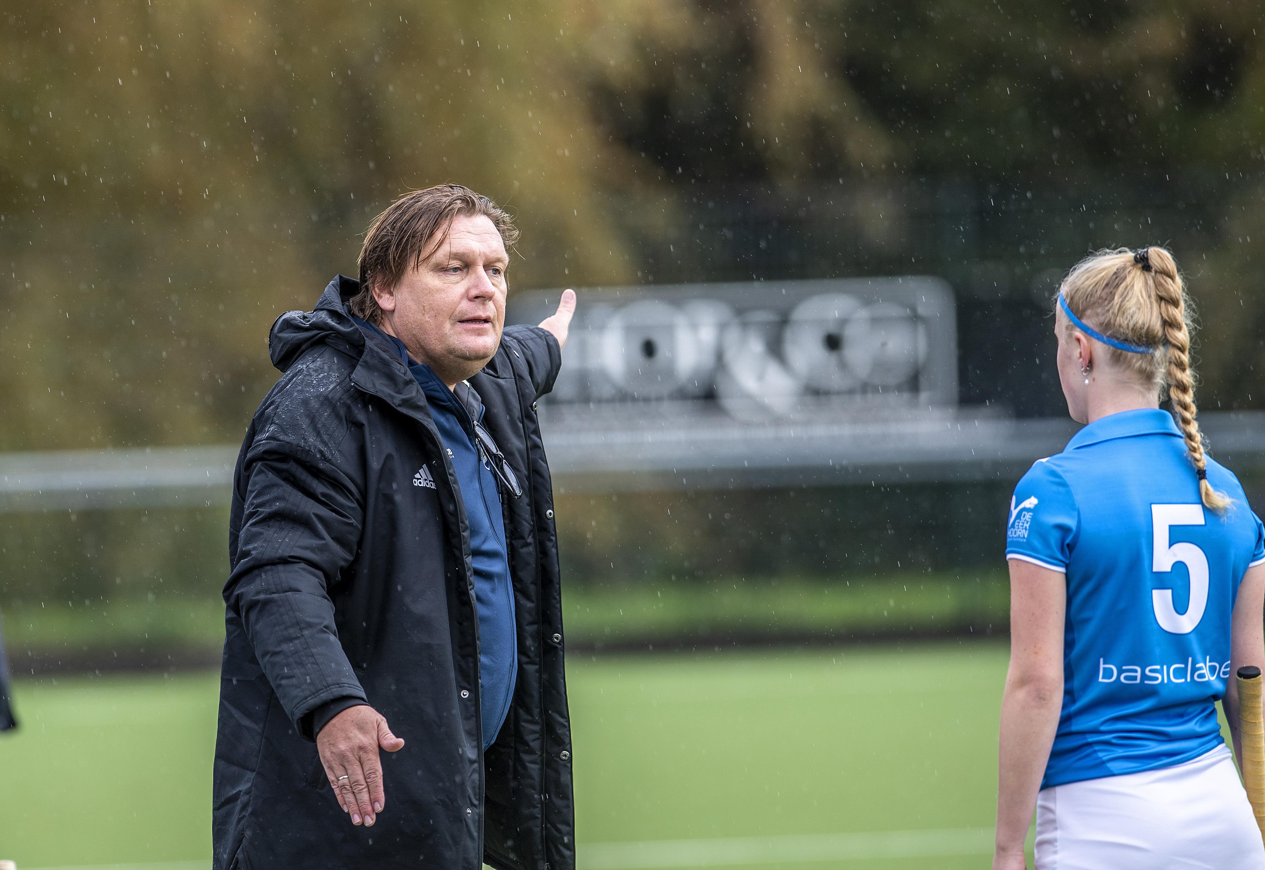 Hockeyen met de telefoon in de buurt: WFHC Hoorn-trainer Aad van Buuren kan ieder moment worden weggeroepen vanwege de mantelzorg voor zijn zieke vrouw, Marieke