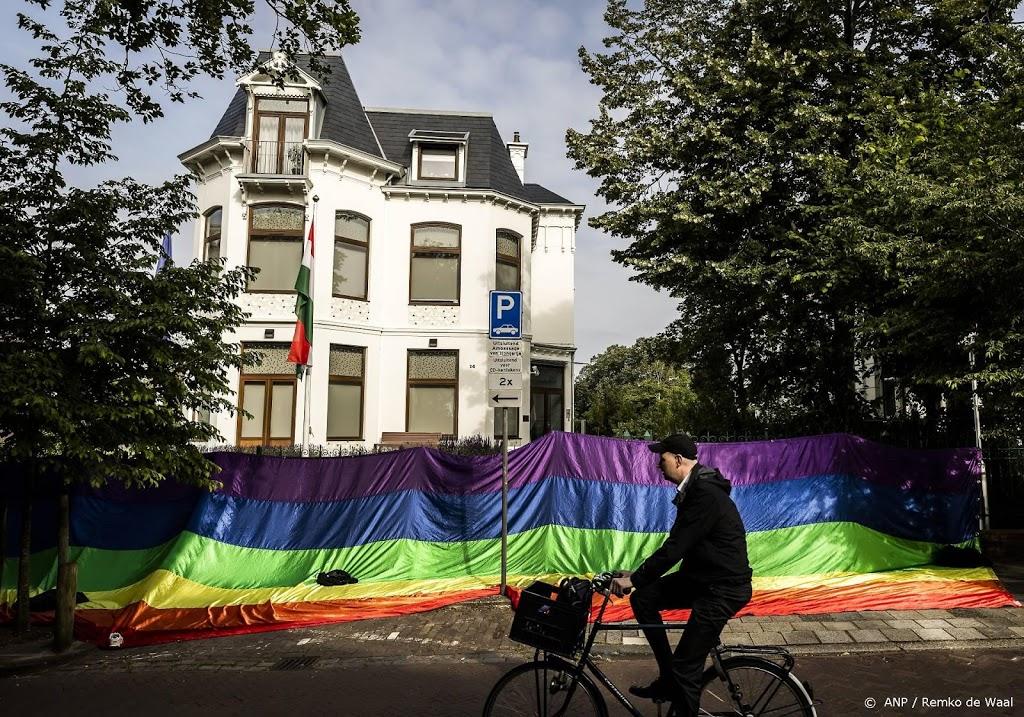 Regenboogvlag aan hek Hongaarse ambassade gehangen
