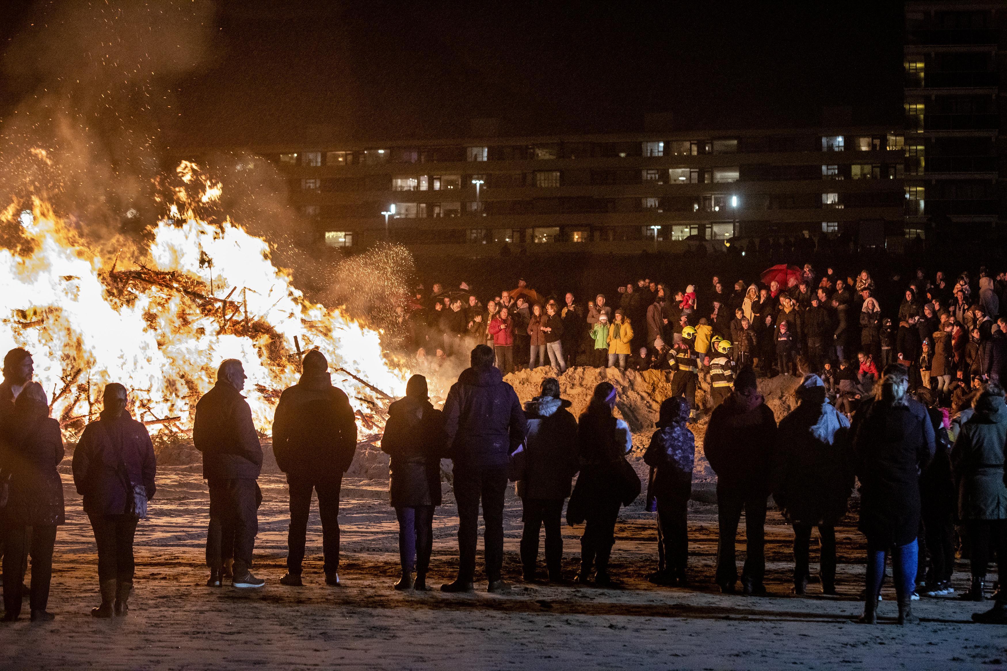 Kerstboomverbranding: Vlammende traditie op strand Zandvoort