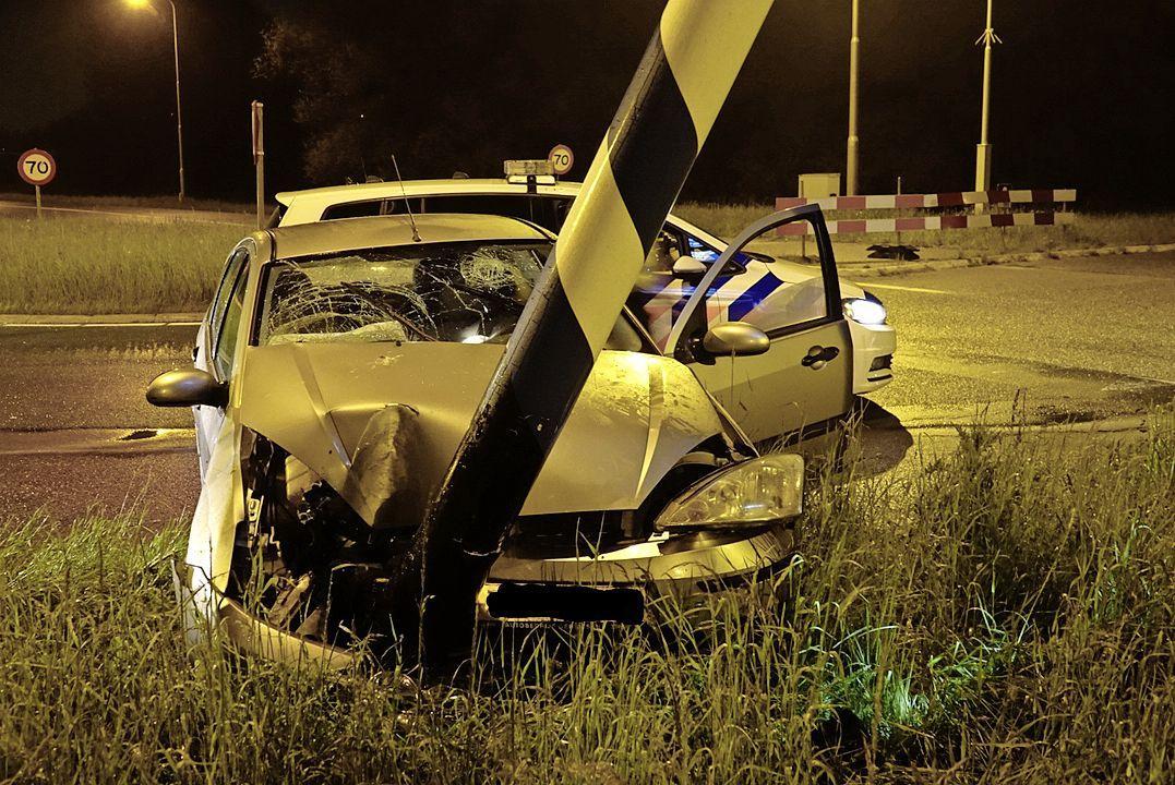 Verkeersbord komt vast te zitten in motorkap bij ongeval in Assendelft, bestuurder niet aangetroffen
