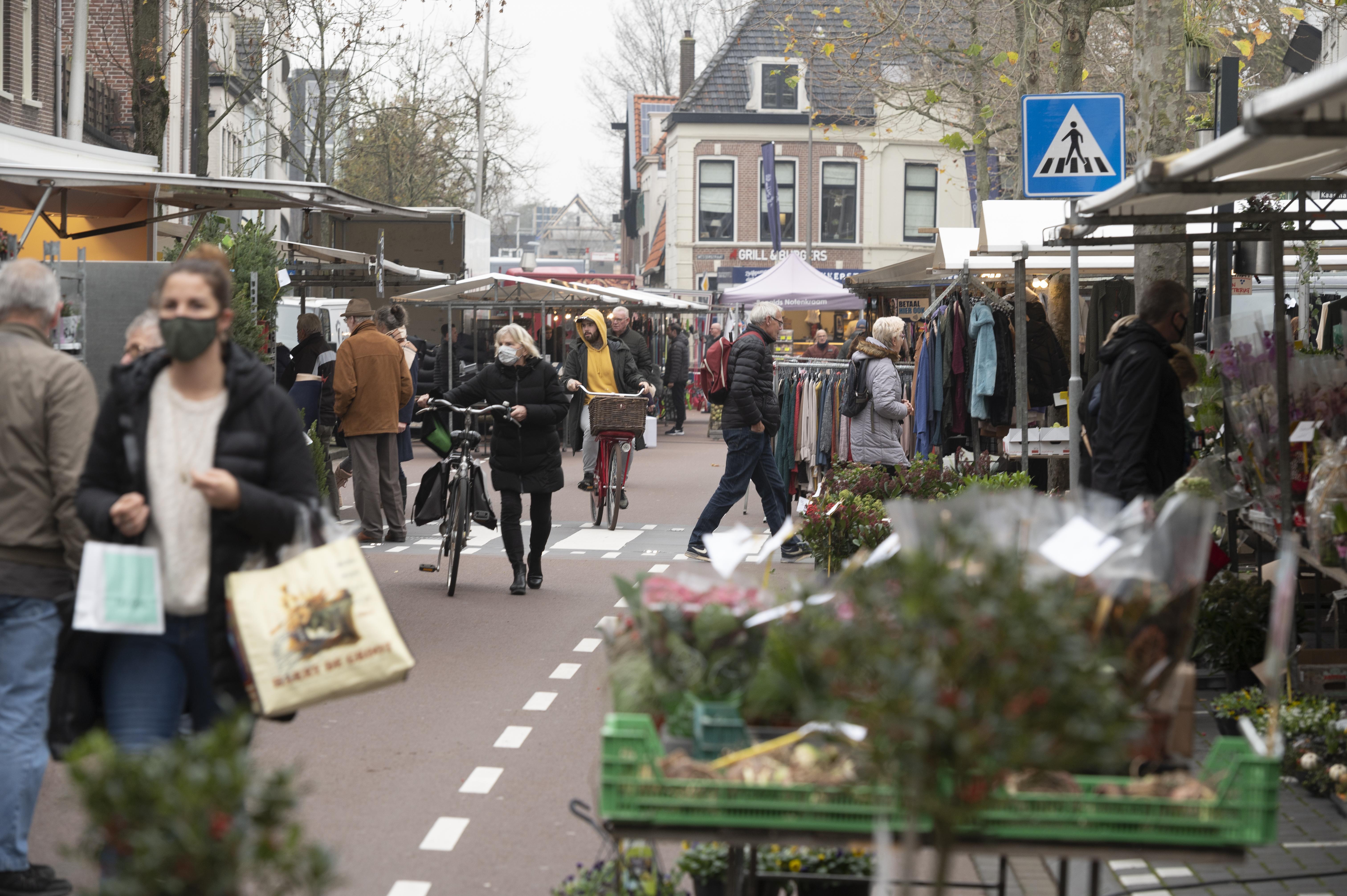 Marktlieden op Purmerendse Nieuwstraat hebben hun buik vol van langscrossende fietsers en bromfietsers