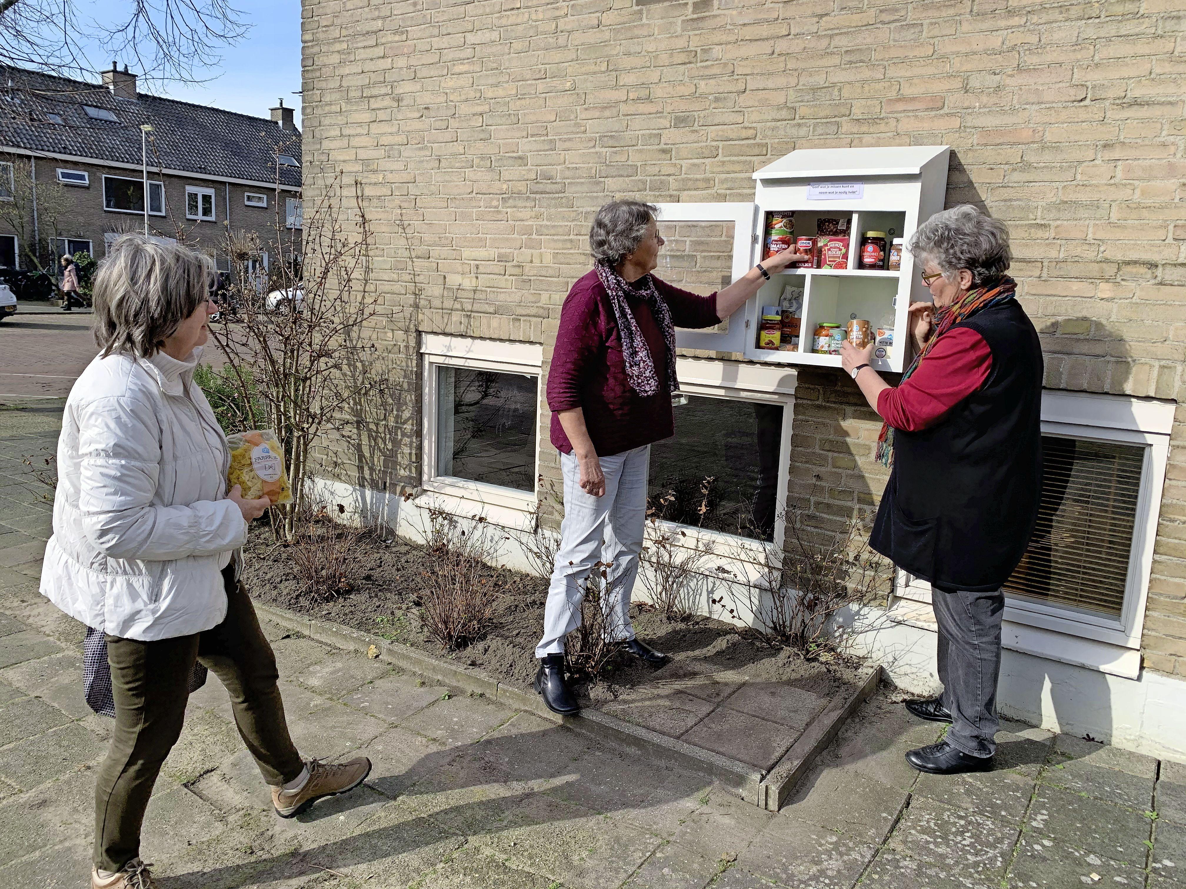 Buurtkastje met noodzakelijke boodschappen voortaan ook in Leiderdorp: 'Neem een pak rijst of een pot broodbeleg mee'