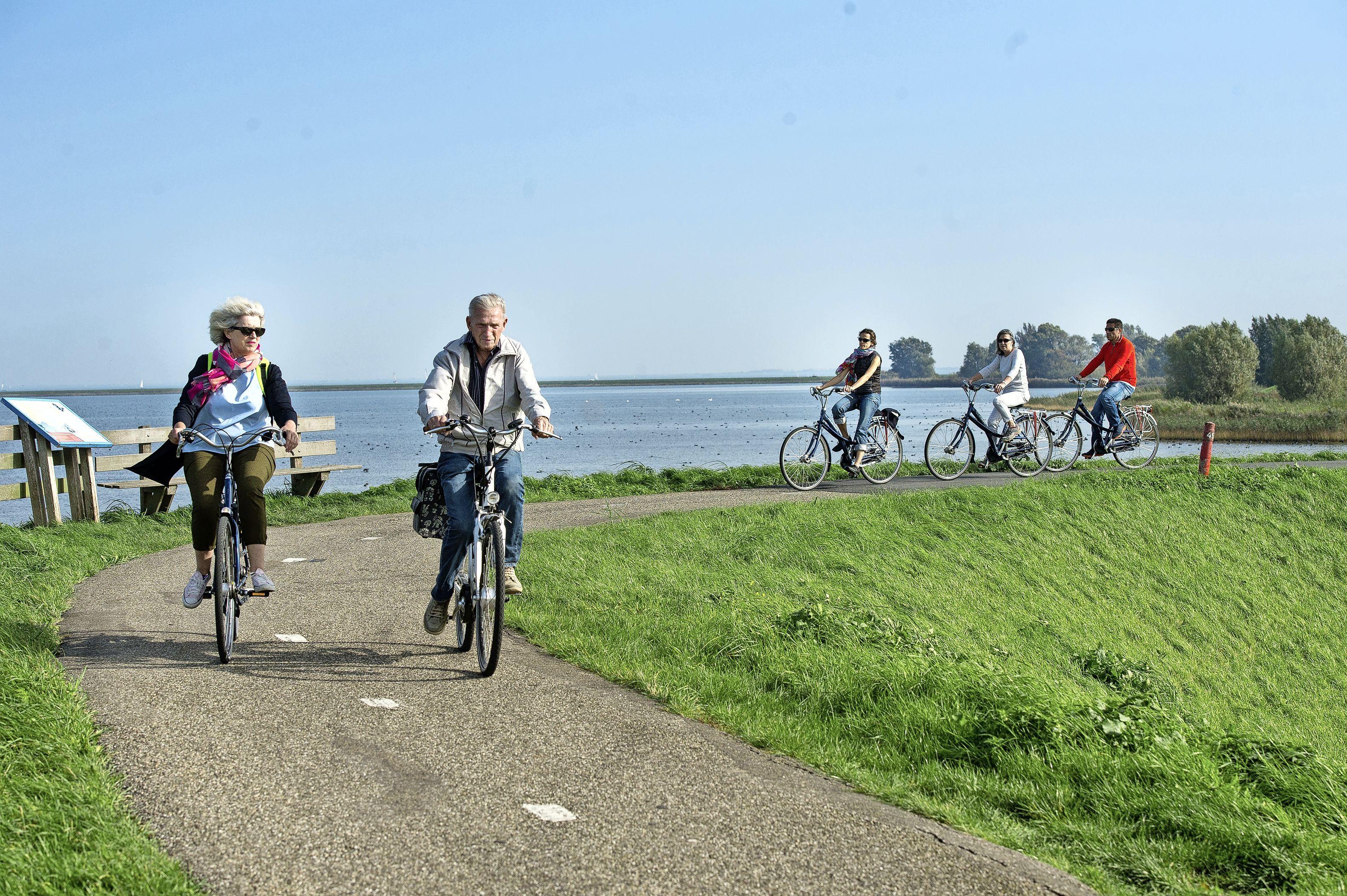Canta's, (elektrische) fietsers en wandelaars: zij moeten een klein fietspaadje van nog niet eens drie meter delen van en naar Marken: 'Met topdrukte zijn er duizenden recreanten op de dijk'