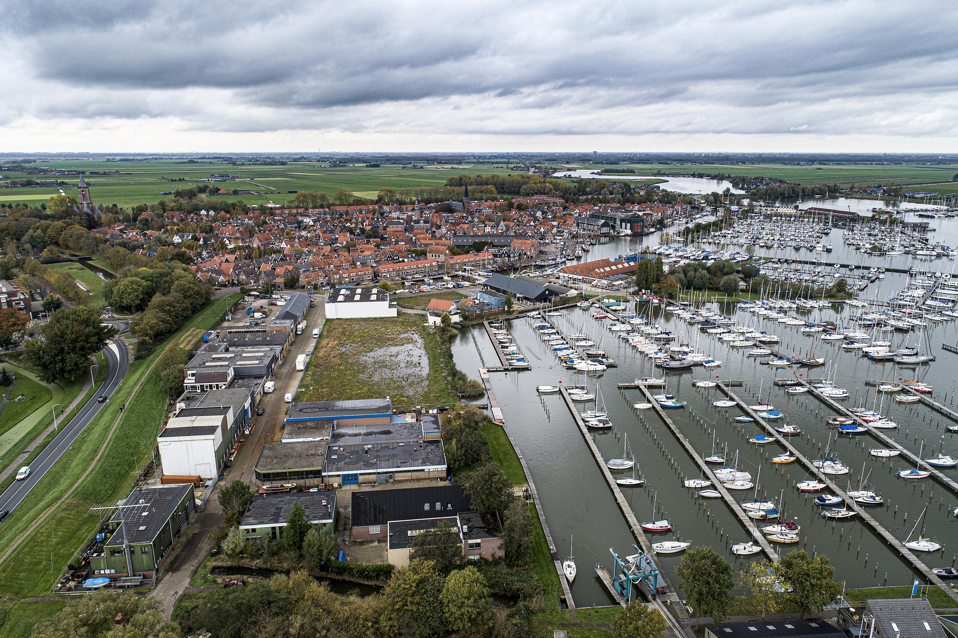 Warmte halen uit de Gouwzee voor woningen: het wijk Galgeriet in Monnickendam zit er straks warmpjes bij