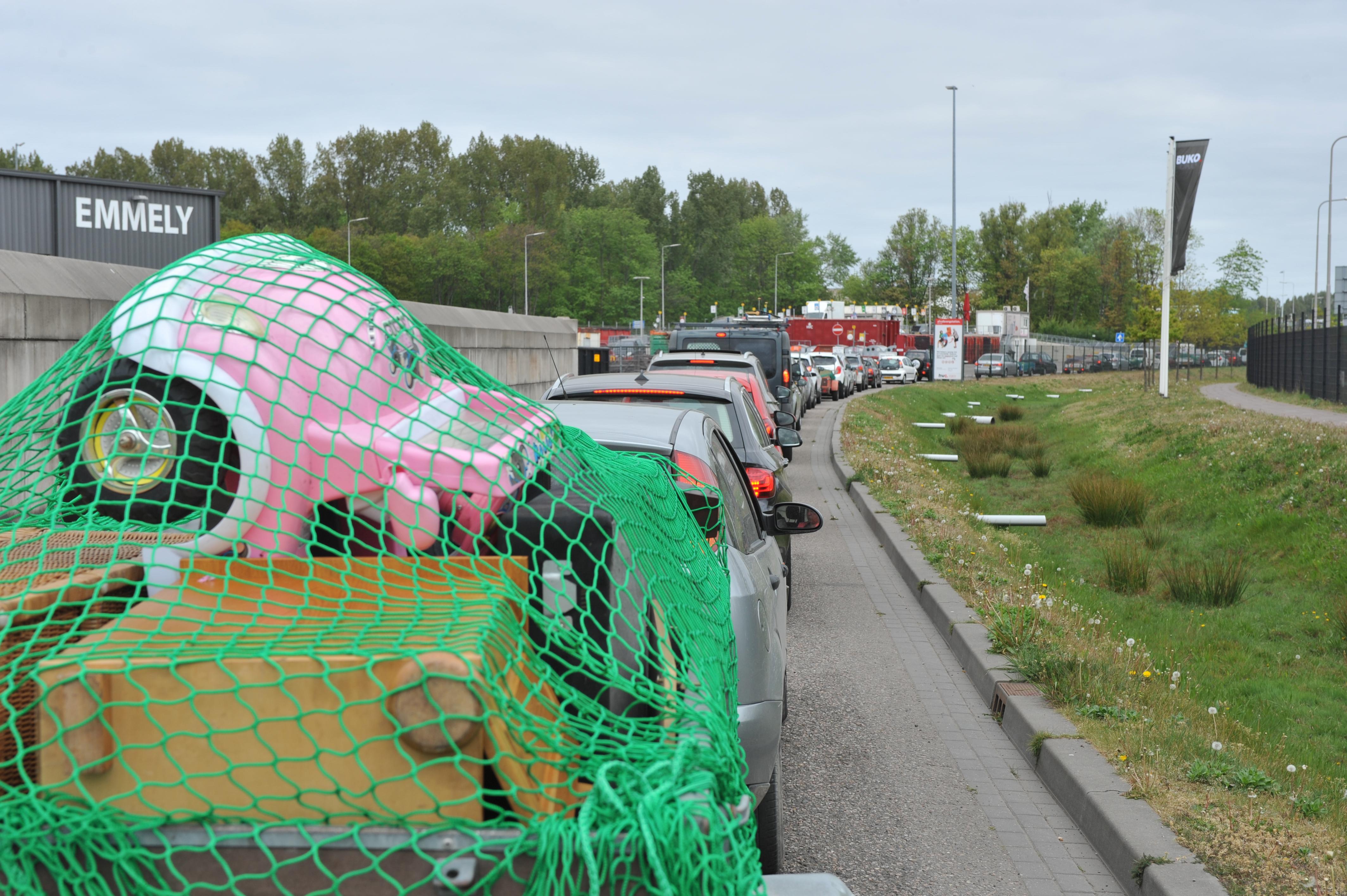 In de file naar het afvalbrengstation in Roelofarendsveen? Borden waarschuwen nu of je voor sluitingstijd bij de poort bent