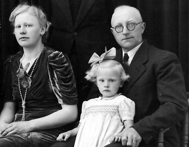 De gehandicapte verzetsman Aebele sterft na verraad in een concentratiekamp. Zijn kleinkinderen eren de opa die ze nooit hebben gekend. 'Of je nou protestants, rood of rooms was, je naaste helpen was het devies'