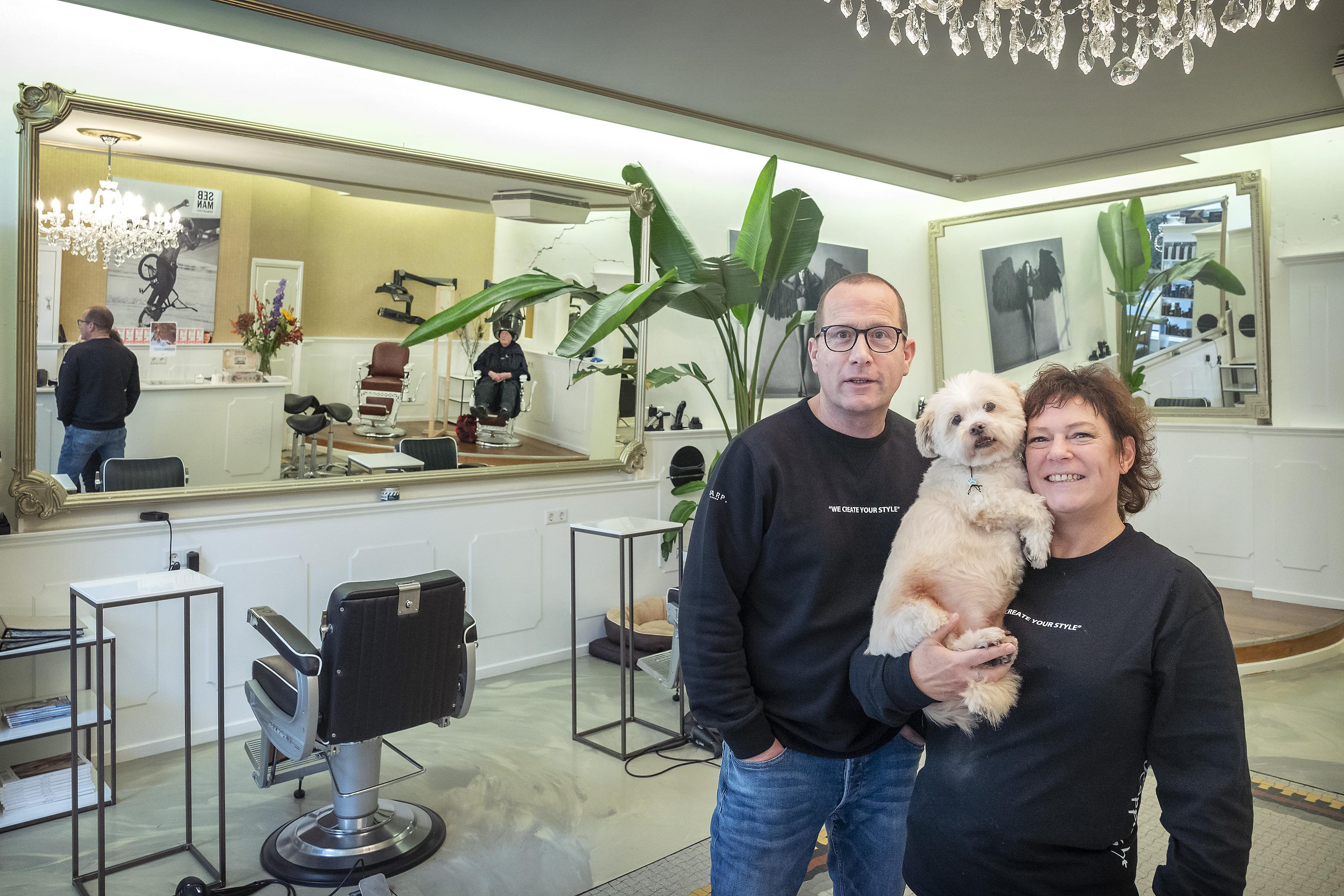 Haarlemse kapsalon Koppie Right bestaat 25 jaar: 'Sommige klanten kwamen speciaal op de naam af'