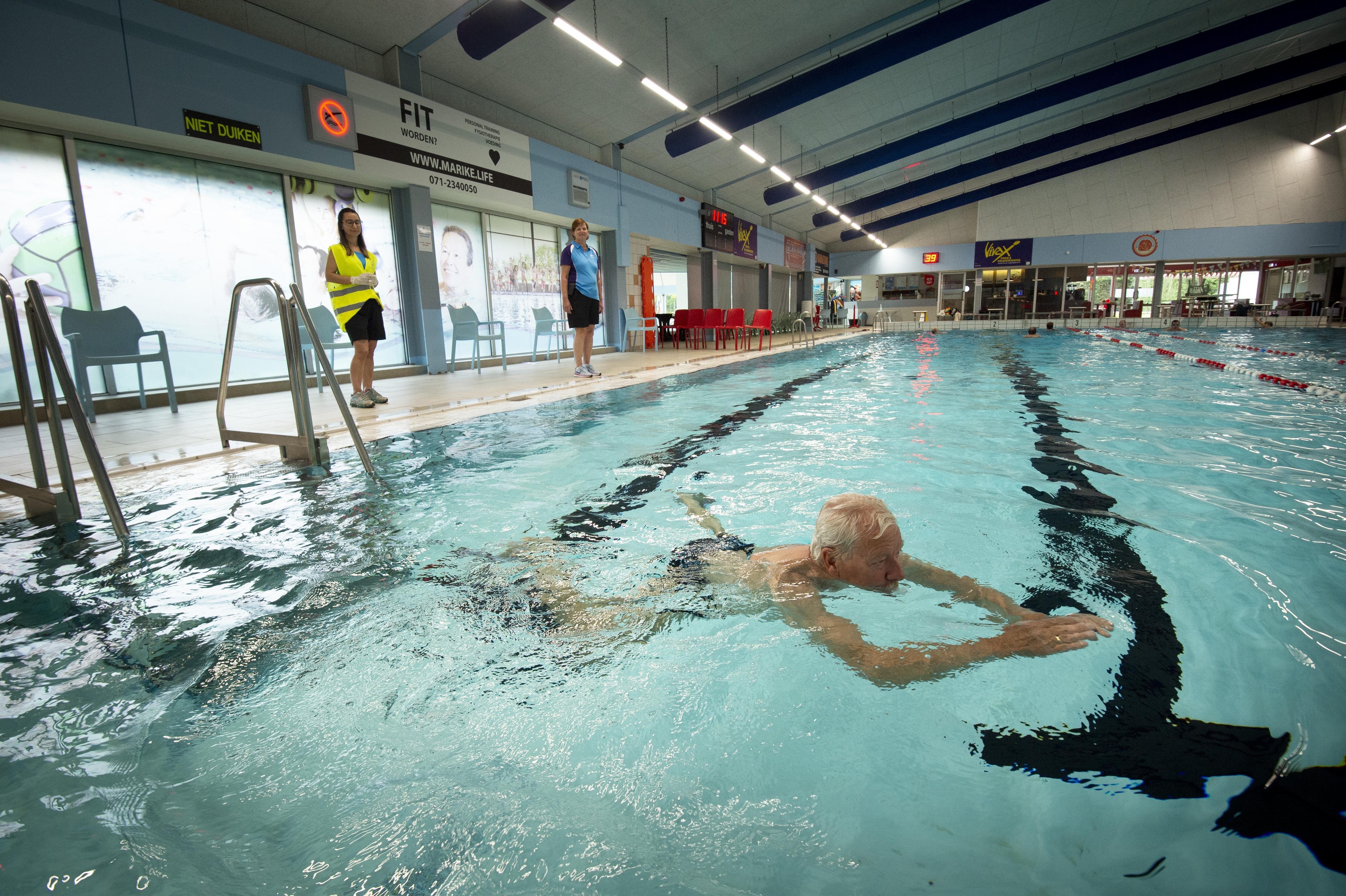 Na twee maanden eindelijk 55 minuten baantjes trekken in zwembad Poelmeer: 'Nooit geweten dat zwemmen zo lekker was'