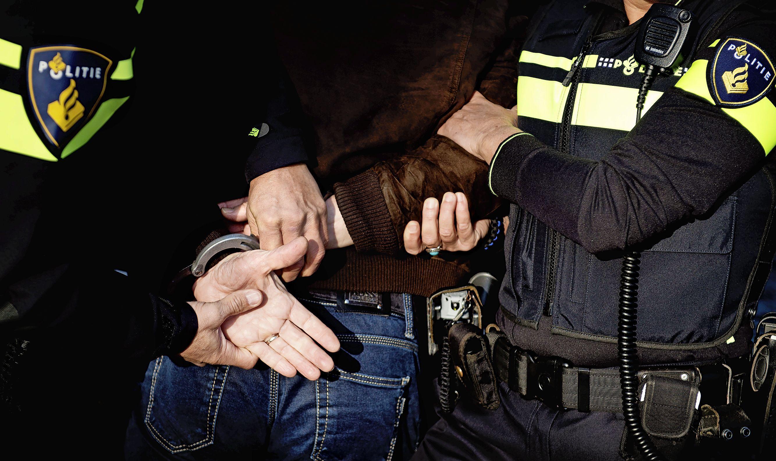 Automobilist probeert tijdens woeste achtervolging in De Goorn politieauto te rammen
