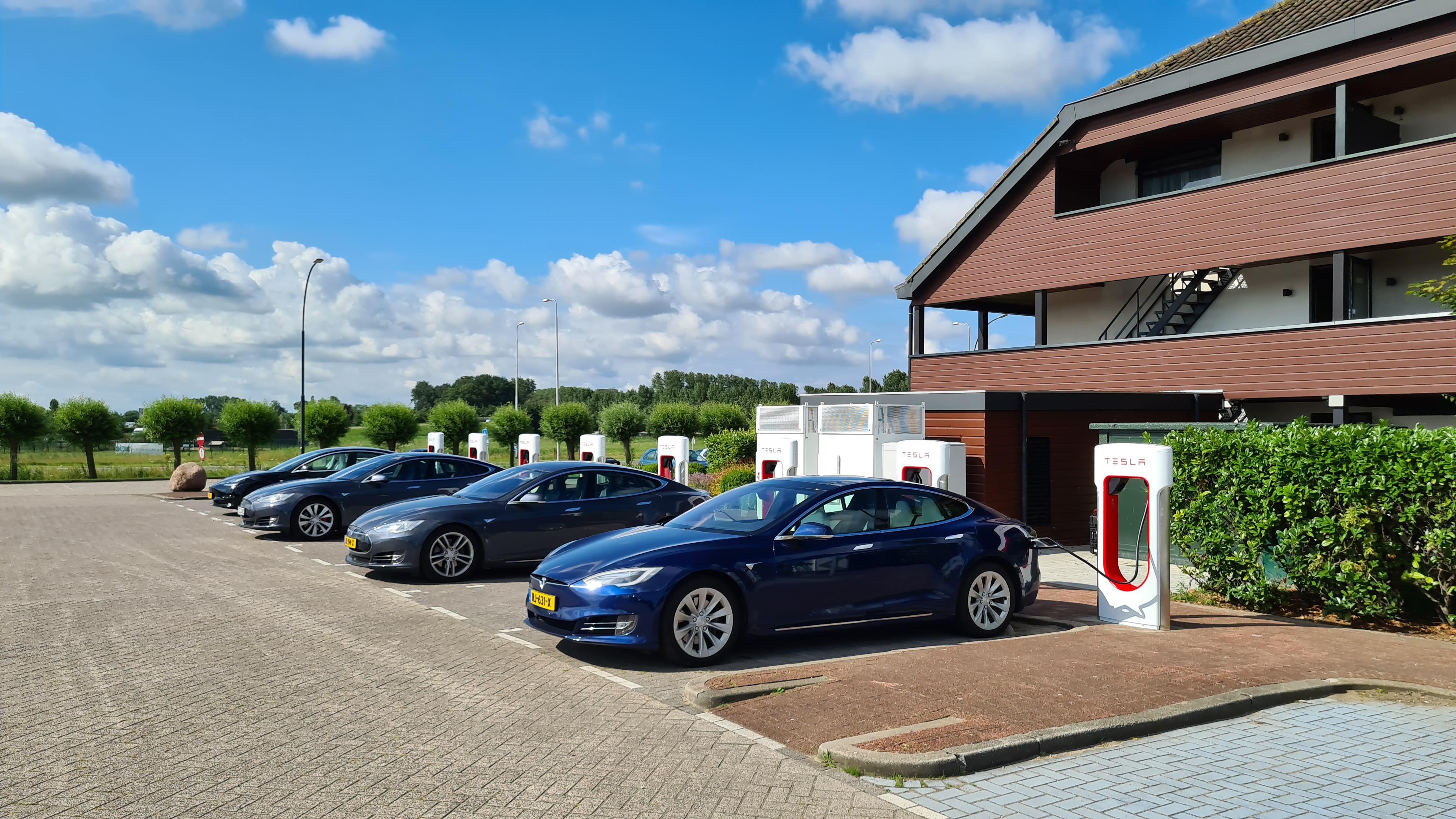 Tesla opent superchargerstation bij Van der Valk Hotel Akersloot