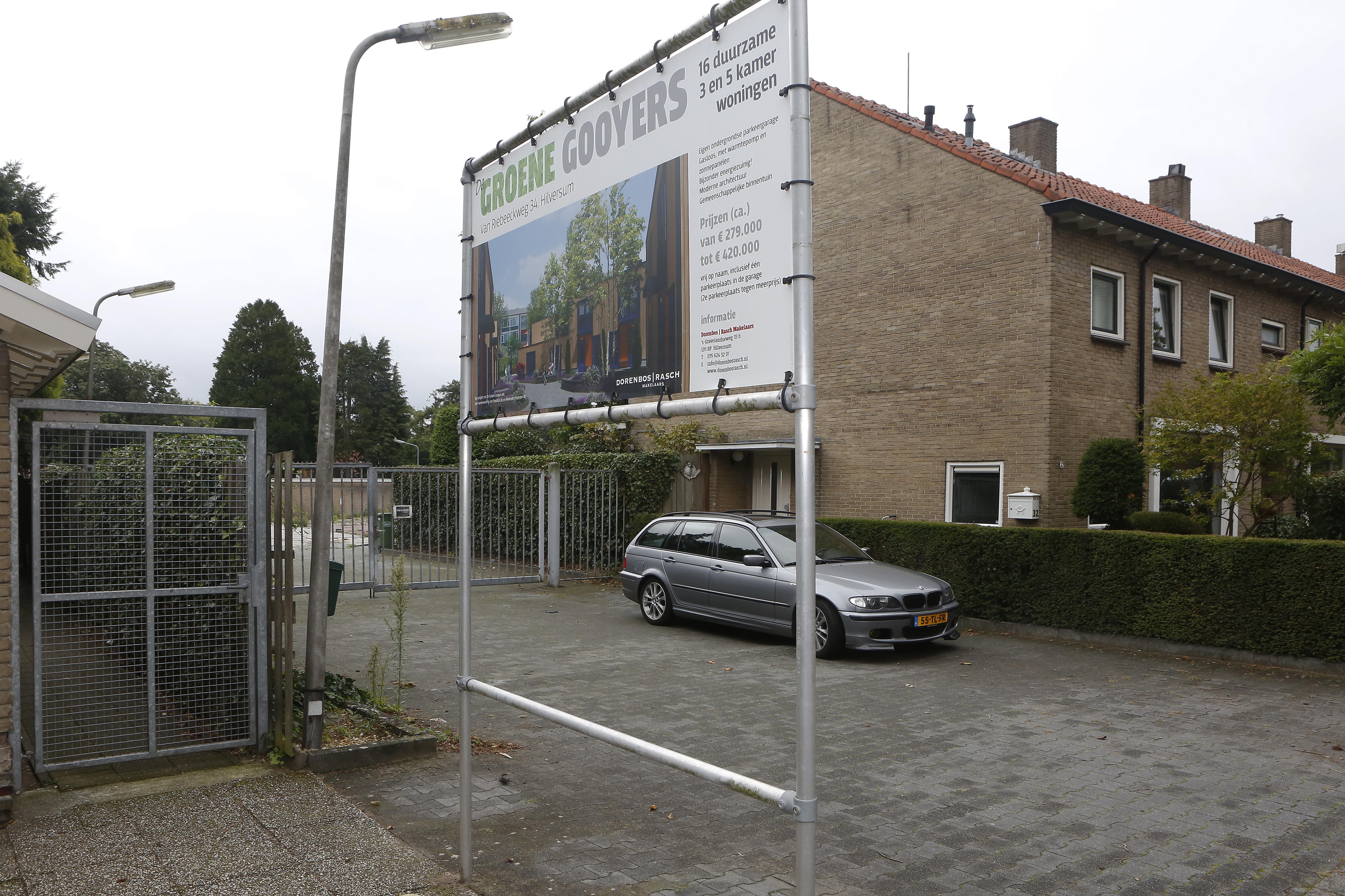 Bouw van zestien woningen op terrein tuincentrum Gooiersgroen in Hilversum maanden vertraagd; het smalle toegangsweggetje gooit roet in het eten