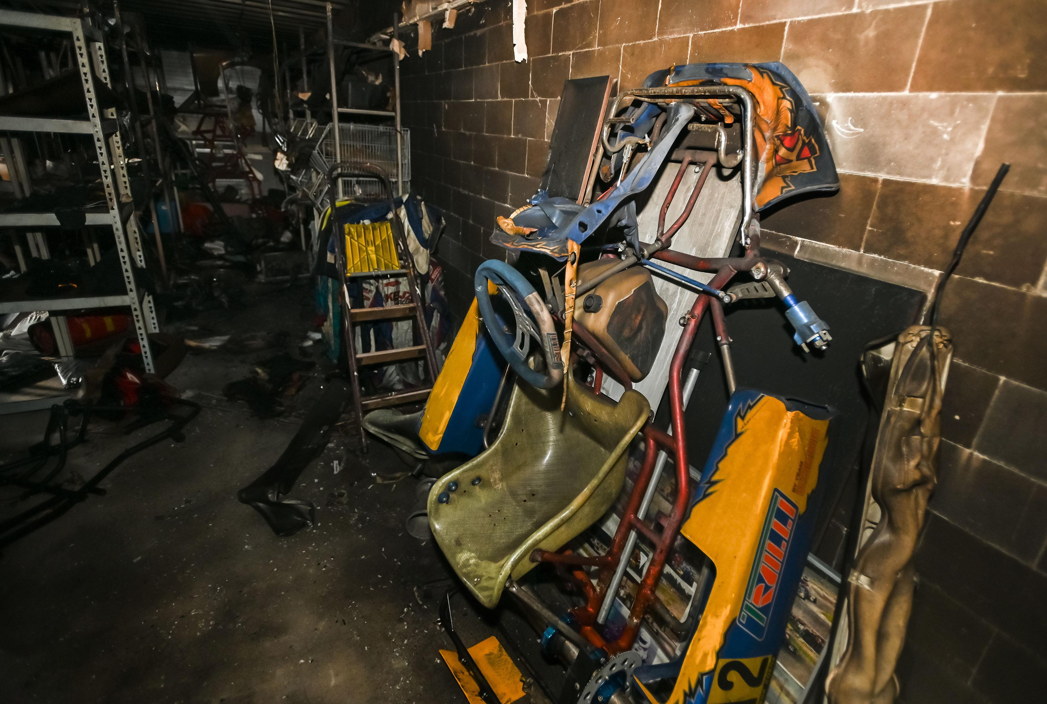 Geen vlammen, wel verwrongen staal bij Keijzer Racing in Andijk