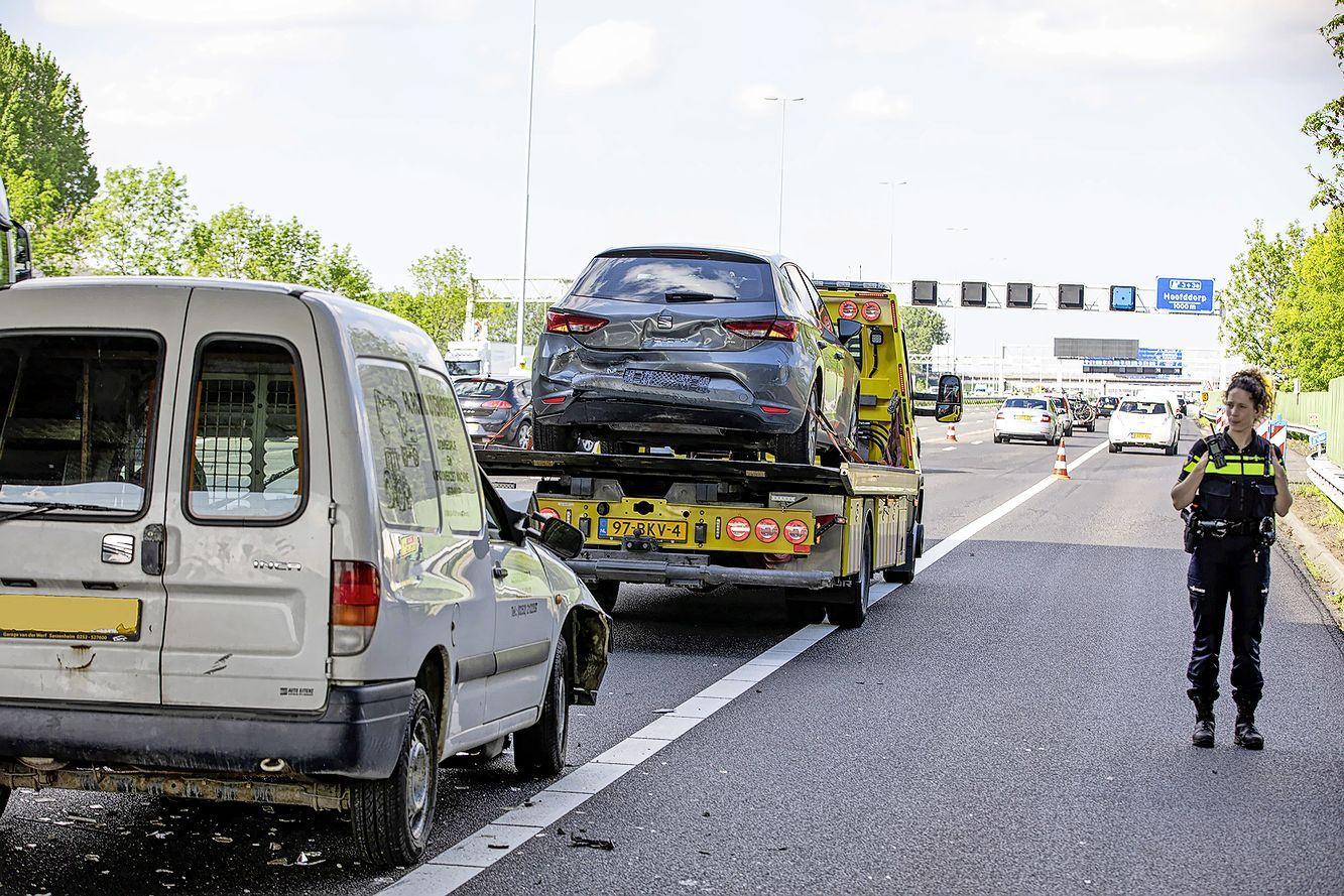 Aanrijding op de A4 richting Amsterdam ter hoogte van Hoofddorp, één slachtoffer overgebracht naar ziekenhuis