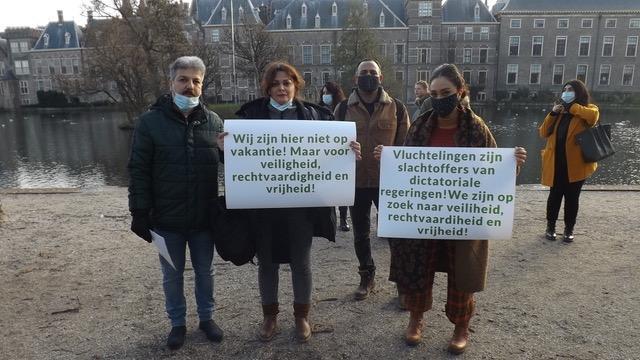 Iraanse asielzoekers uit Den Helder protesteren in Den Haag. Velen wachten al langer dan twee jaar. 'Hoe kan ik straks nog in detail vertellen hoe mijn leven was toen ik vluchtte?'